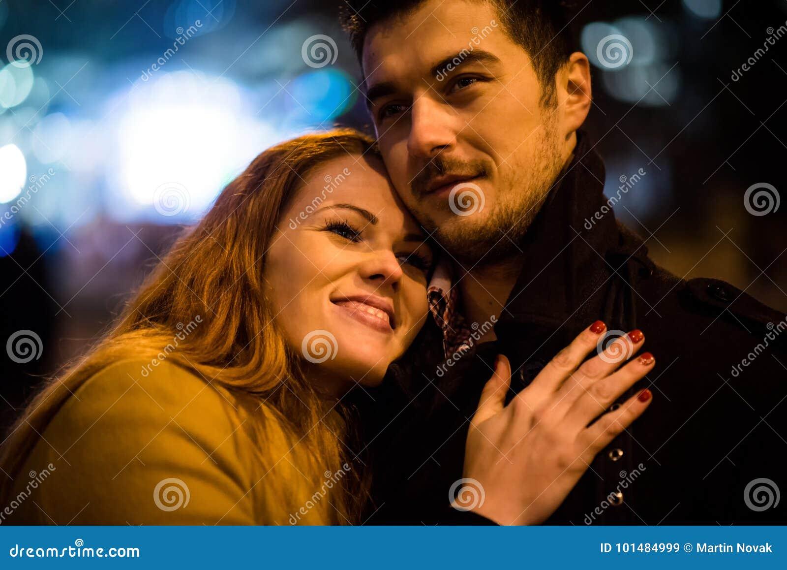 De winter die - paar in straat bij nacht dateren