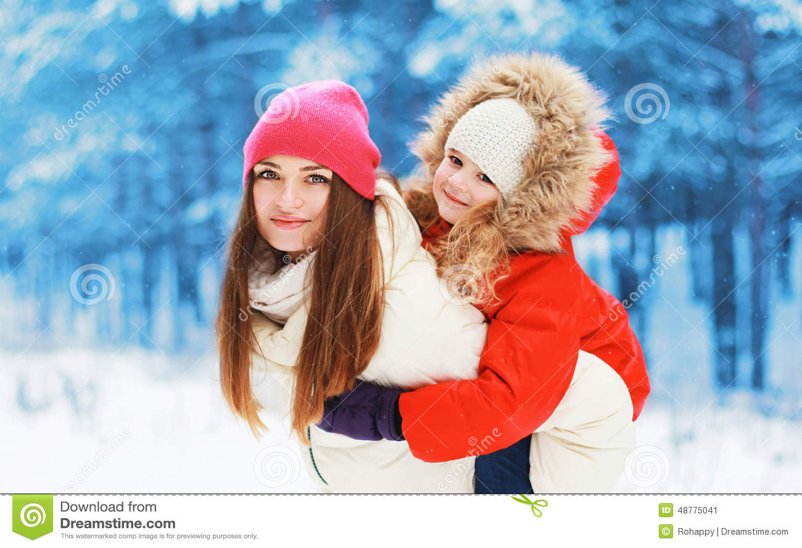 De winter en mensenconcept - gelukkig mamma en kind samen
