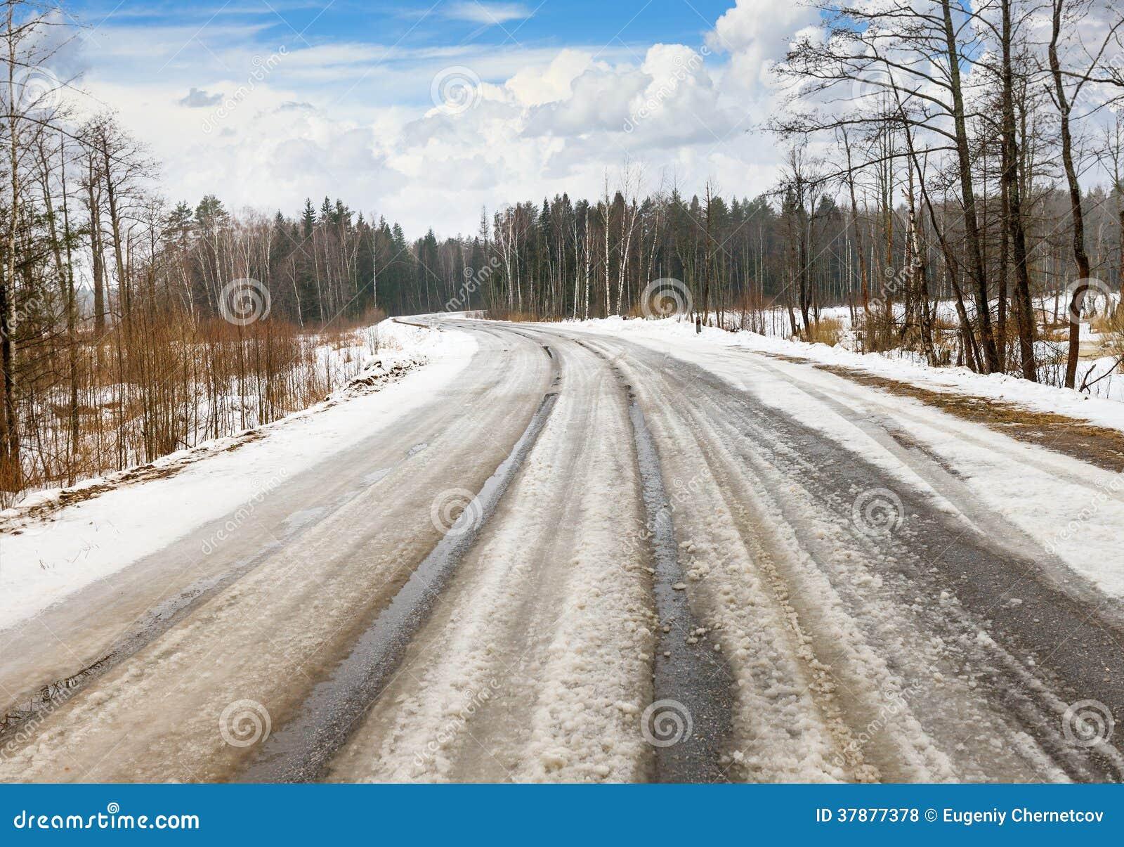 De winter gevaarlijke weg