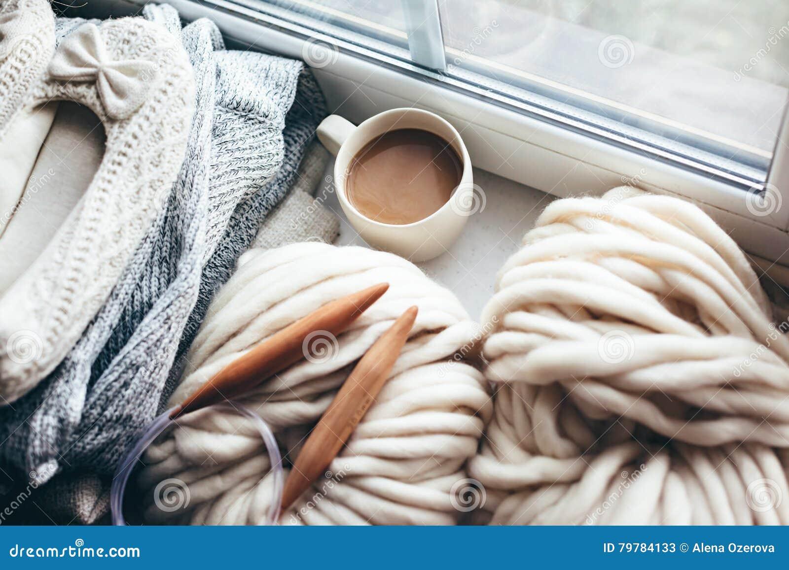 De winter het breien door het venster