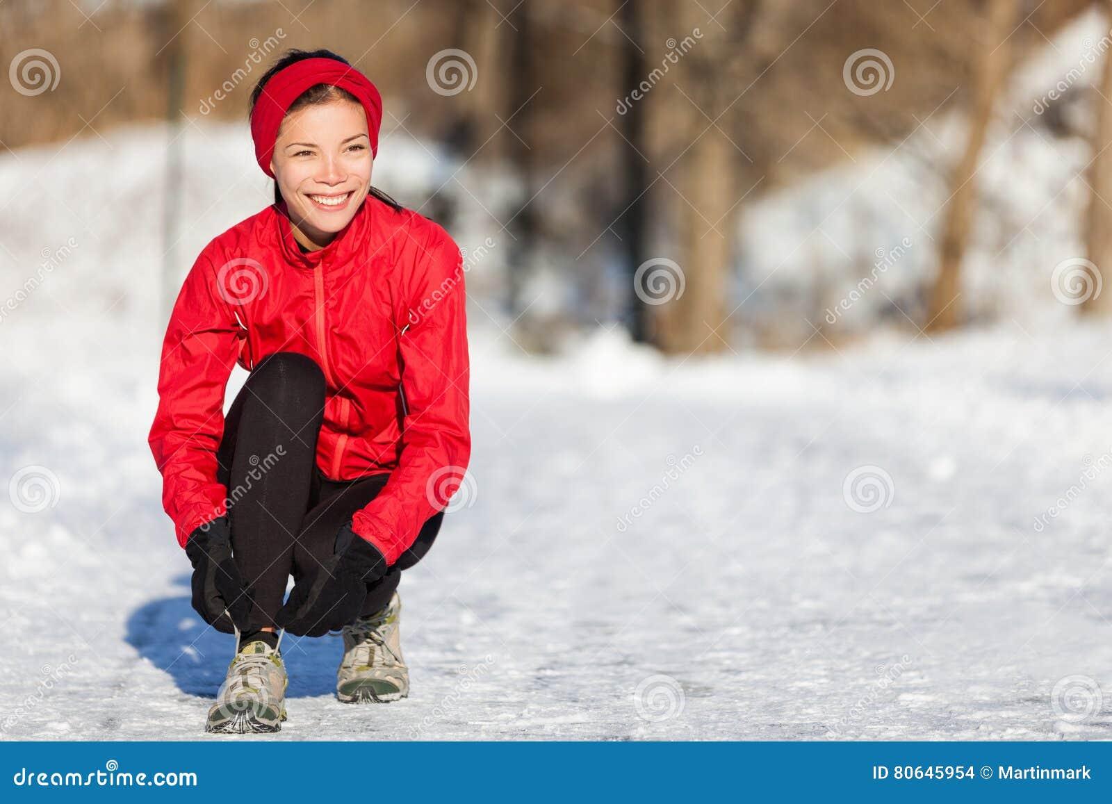De winter lopende vrouw die bereid om in sneeuw te lopen worden