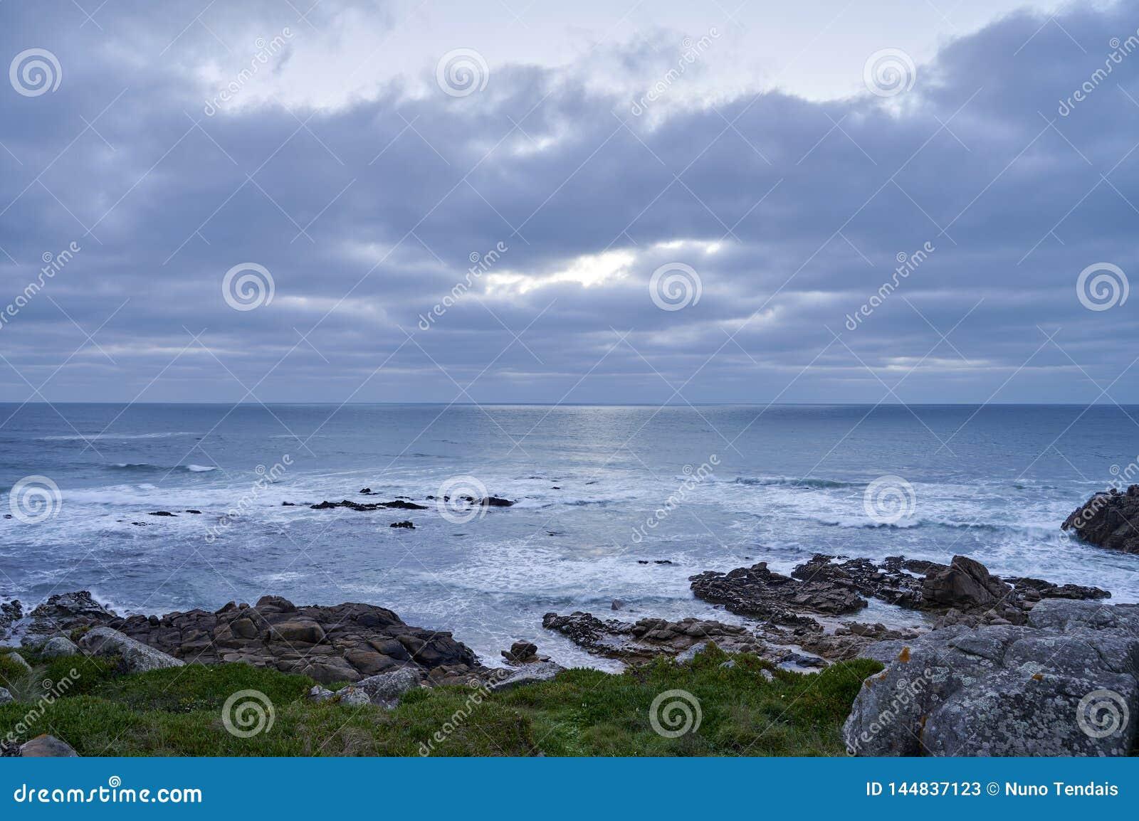 De winter op een rotsachtige kustlijn