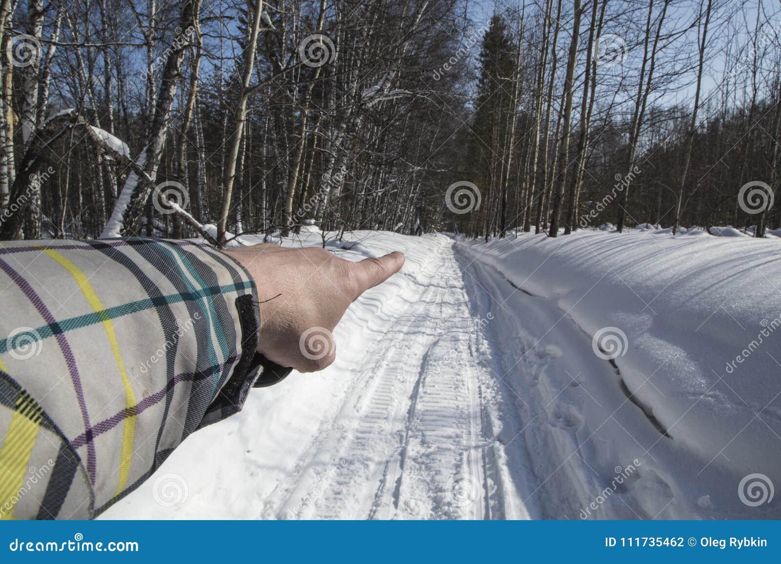 De winter sneeuw Weg de vinger van de hand toont de richting van beweging