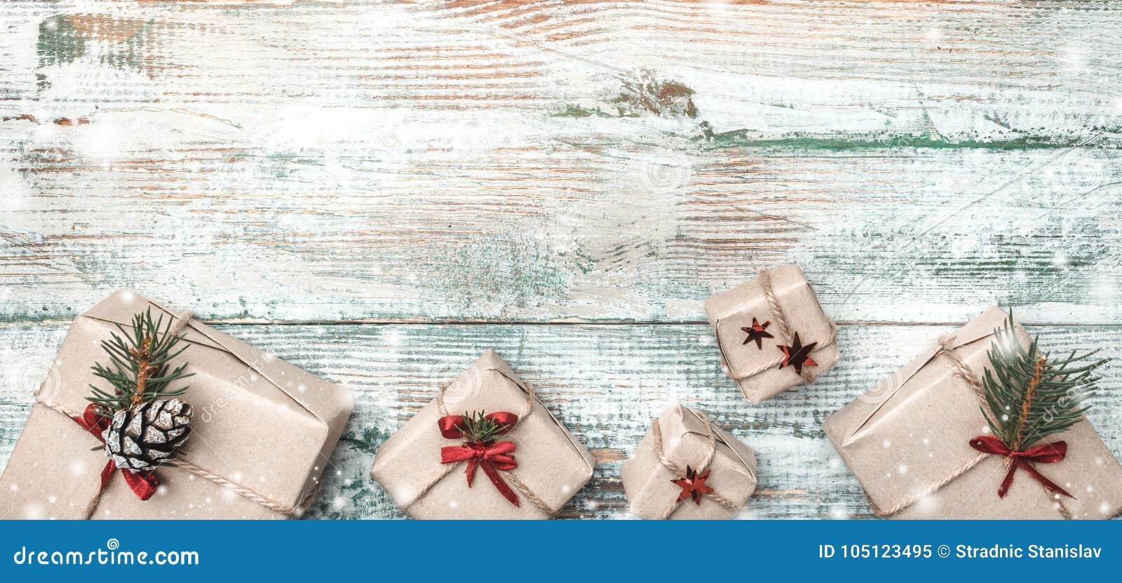De winterachtergrond, met uitgesproken textuur, bij de bodem vele met de hand gemaakte giften op wit, oud hout