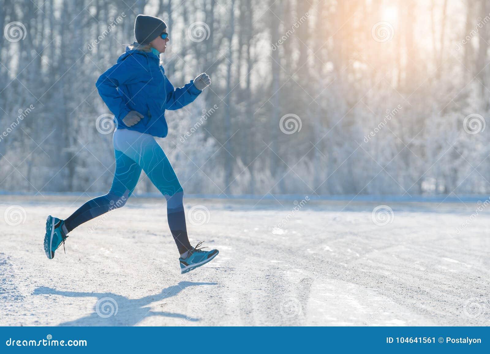 Download De Winterjogging - De Winter Die In Sneeuw Lopen Een Gezonde Levensstijl Stock Afbeelding - Afbeelding bestaande uit opleiding, outdoors: 104641561