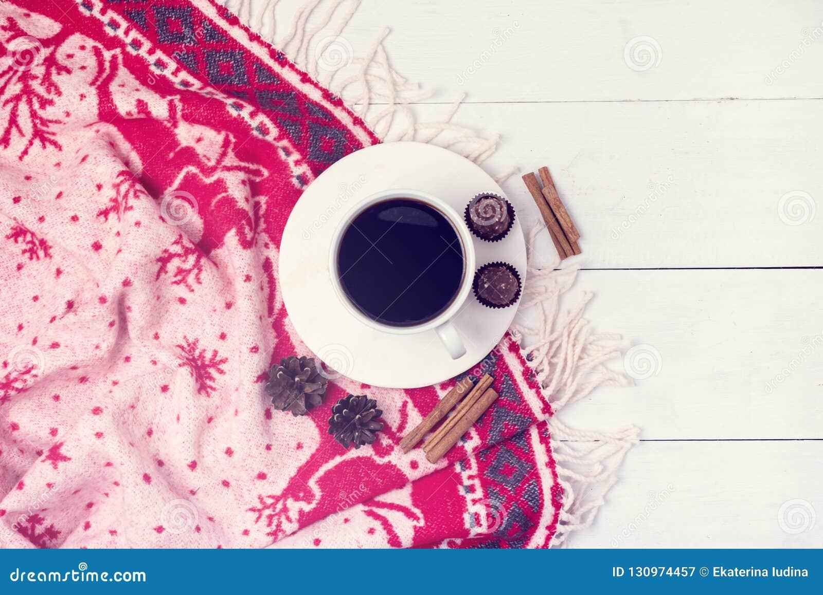De de winterkoffie in een Witte Kop met van Kerstmis de Warme Algemene Comfortabele Kerstmis van het Chocoladesuikergoed van het