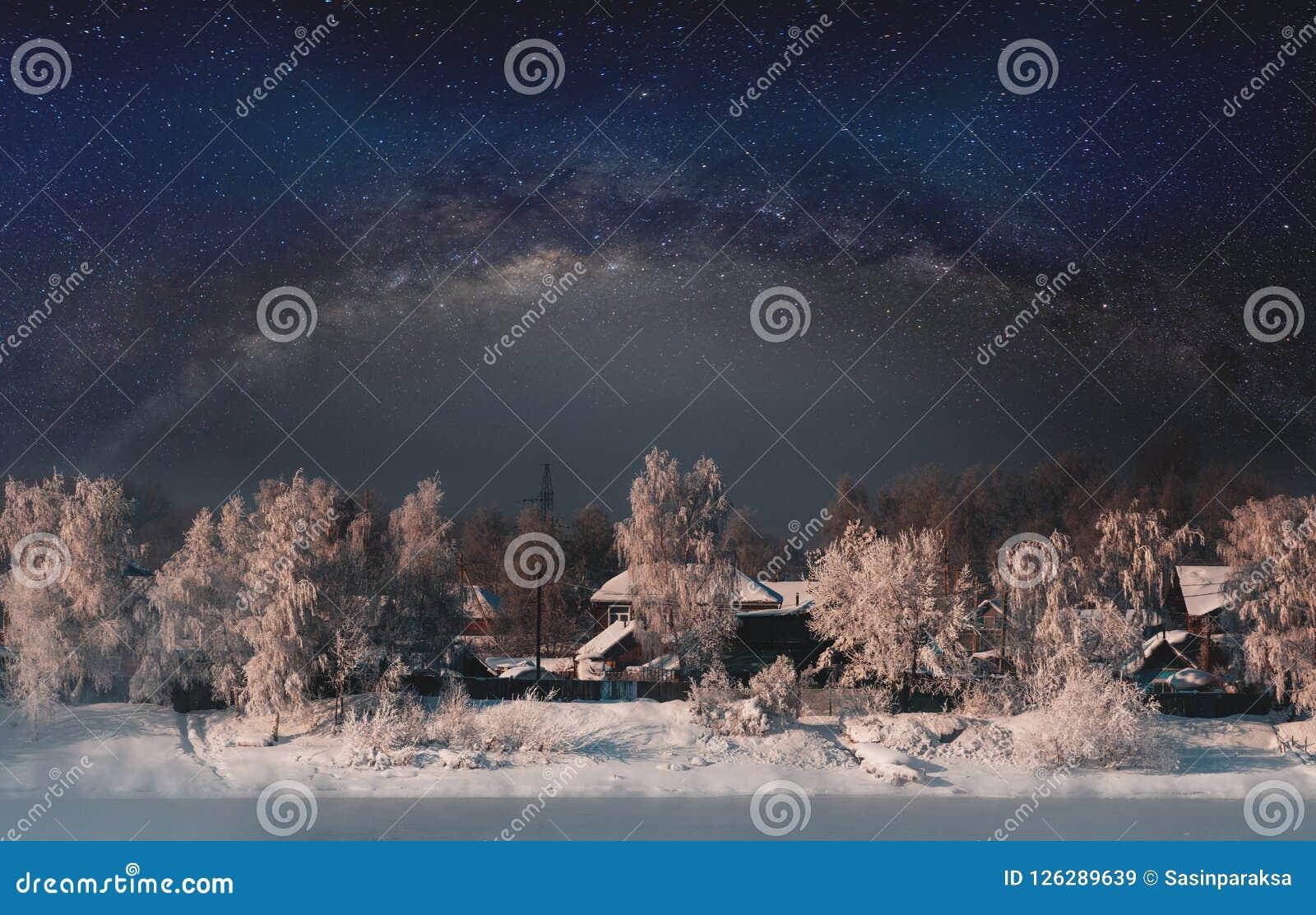 De winterlandschap, bos door sneeuw met hemelhoogtepunt wordt behandeld van sterren die