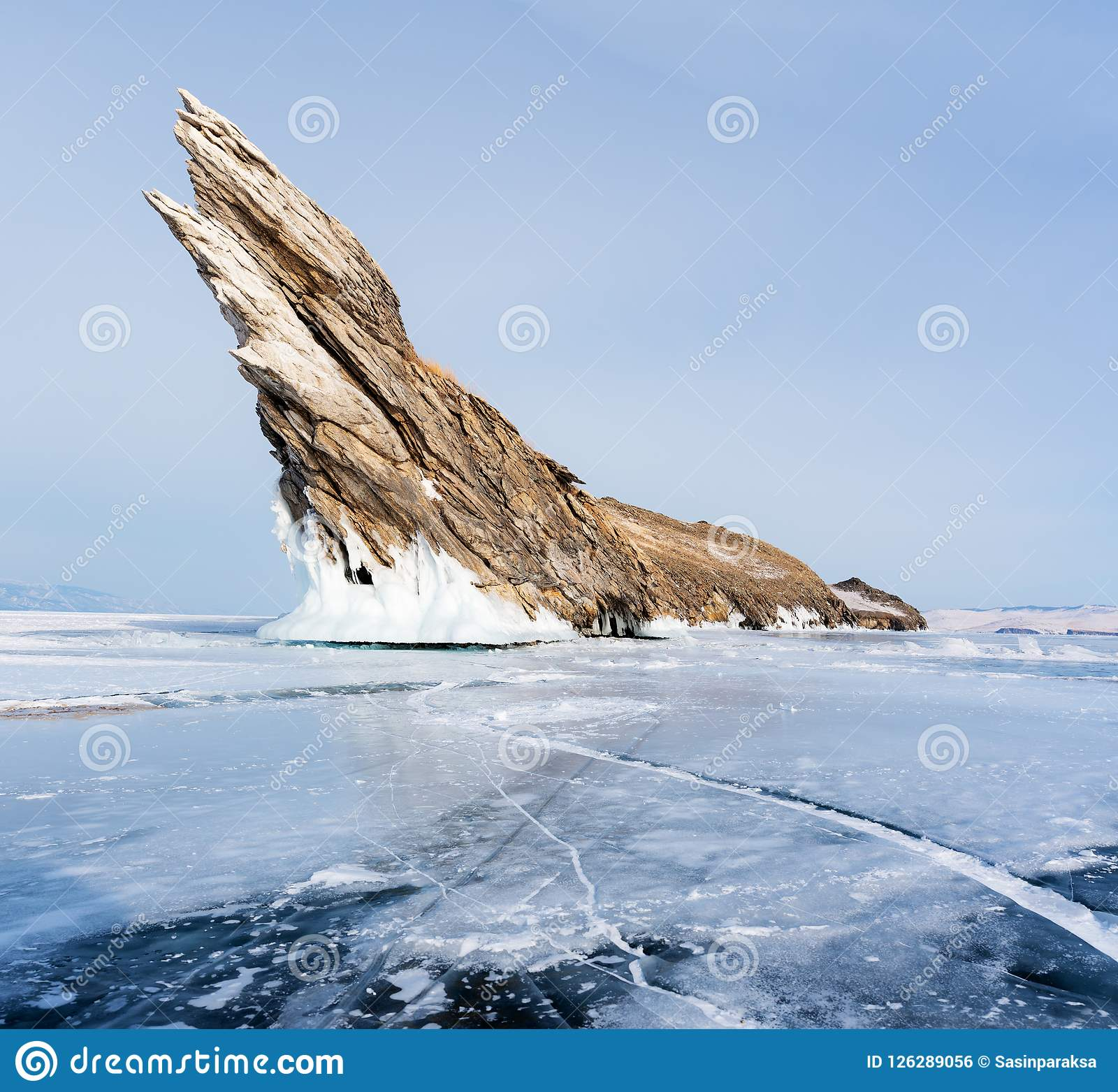 De winterlandschap, gebarsten bevroren meer met mooi bergeiland op bevroren meer Baikal in Siberië, Rusland