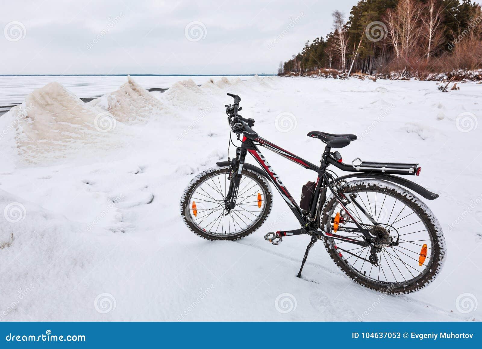 Download De Winterlandschap Met Een Fiets Op De Bevroren Rivier Ob Rive Redactionele Stock Foto - Afbeelding bestaande uit extreem, sneeuw: 104637053