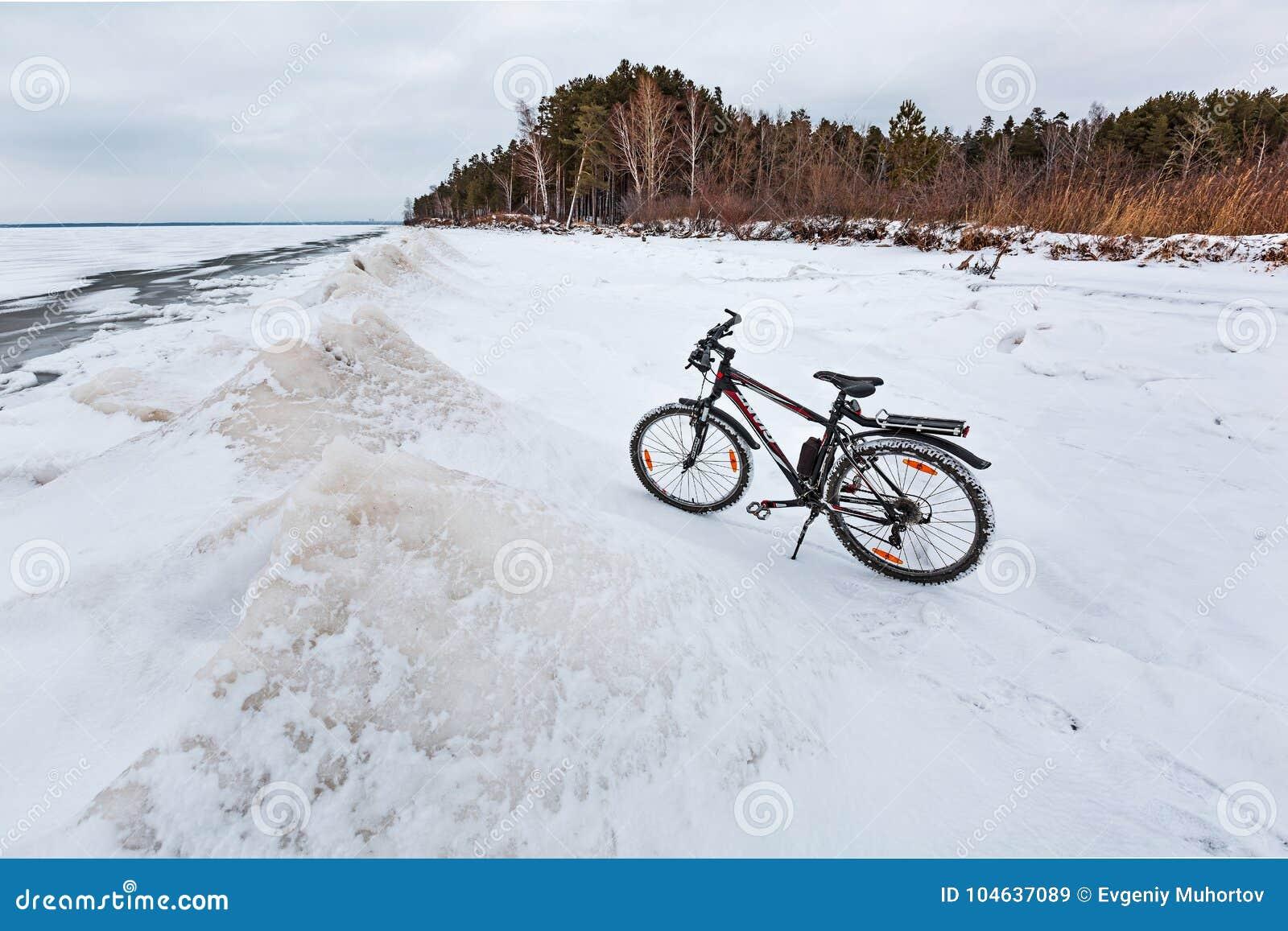 Download De Winterlandschap Met Een Fiets Op De Bevroren Rivier Ob Rive Redactionele Stock Afbeelding - Afbeelding bestaande uit vervoer, reus: 104637089