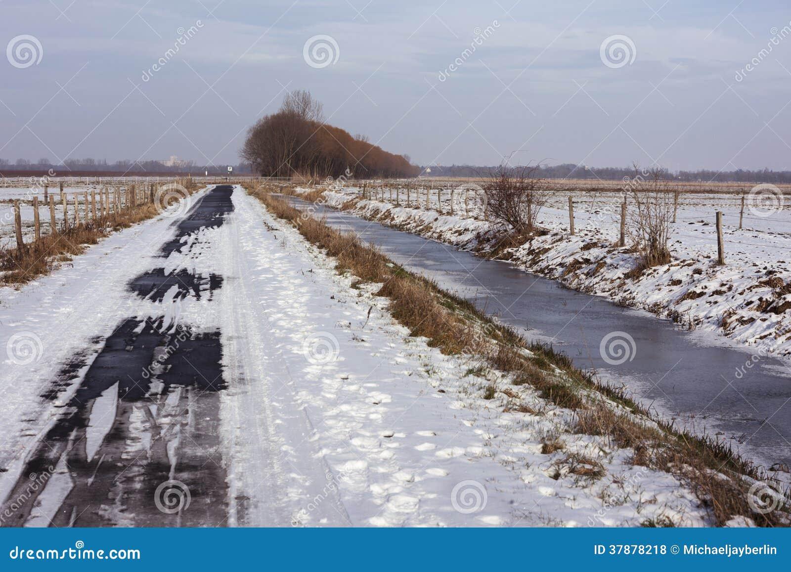 De winterlandschap met het biking van weg in sneeuw