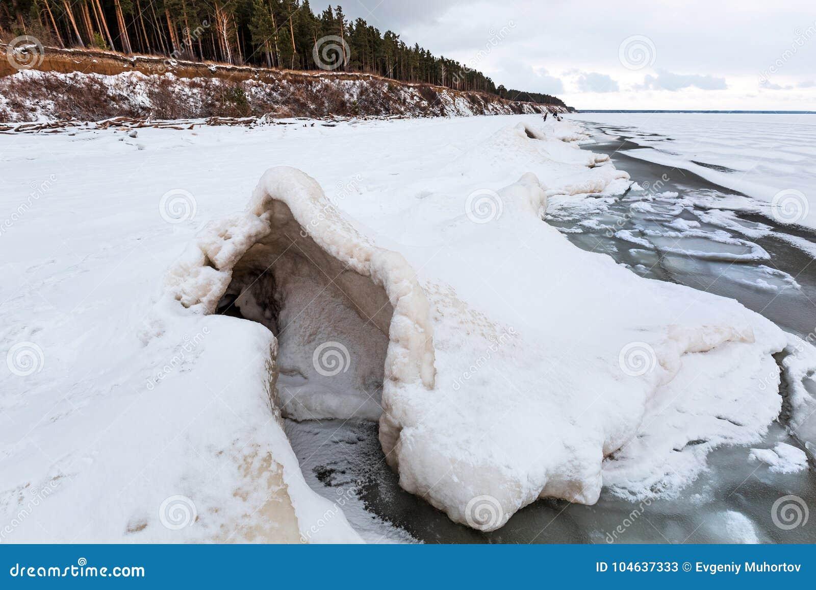 Download De Winterlandschap Met Ijsheuveltjes Op De Rivier De Ob-Rivier, S Stock Afbeelding - Afbeelding bestaande uit trechter, klimaat: 104637333