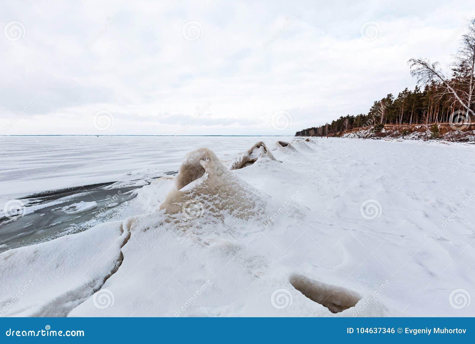 Download De Winterlandschap Met Ijsheuveltjes Op De Rivier De Ob-Rivier, S Stock Foto - Afbeelding bestaande uit seizoenen, koude: 104637346