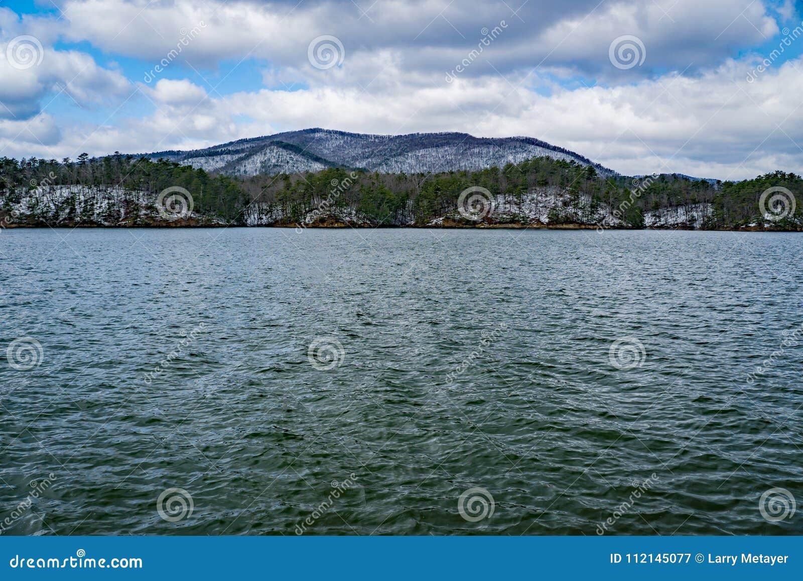 De wintermening van Carvin Cove Reservoir en de Blikslager Mountain