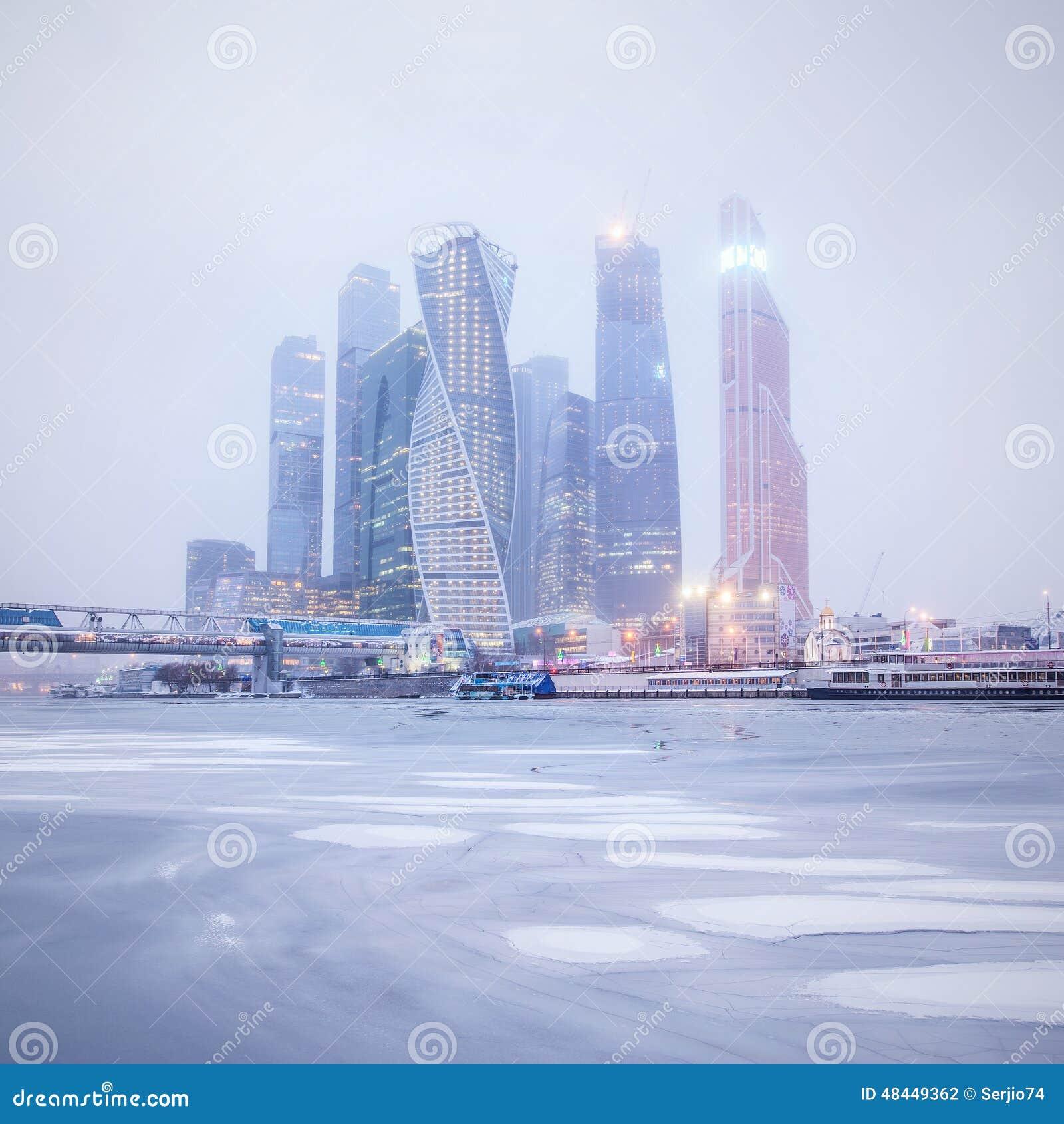 De wintermening van het commerciële centrum onder de sneeuwval en de mist