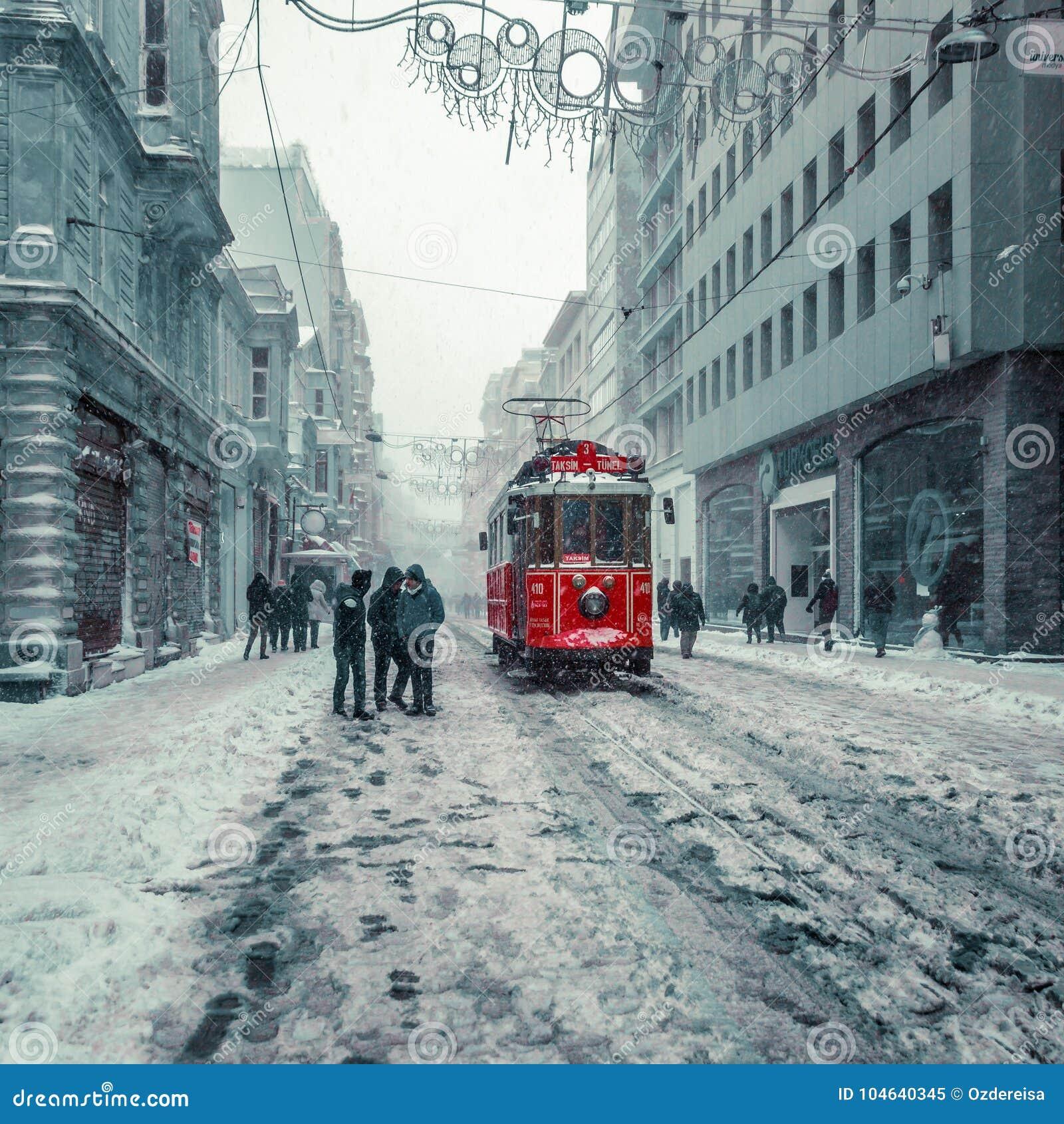 Download De Wintermening Van Nostalgische Rode Tram En Mensen In Het Dagelijkse Leven Redactionele Afbeelding - Afbeelding bestaande uit cityscape, life: 104640345