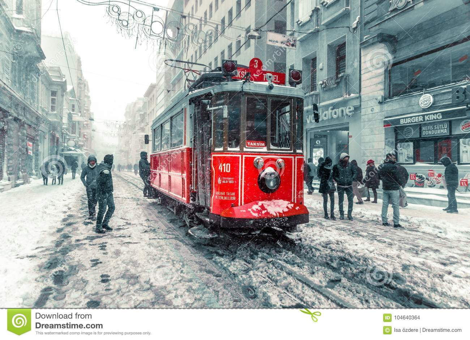 De wintermening van nostalgische rode Tram en mensen in het dagelijkse leven
