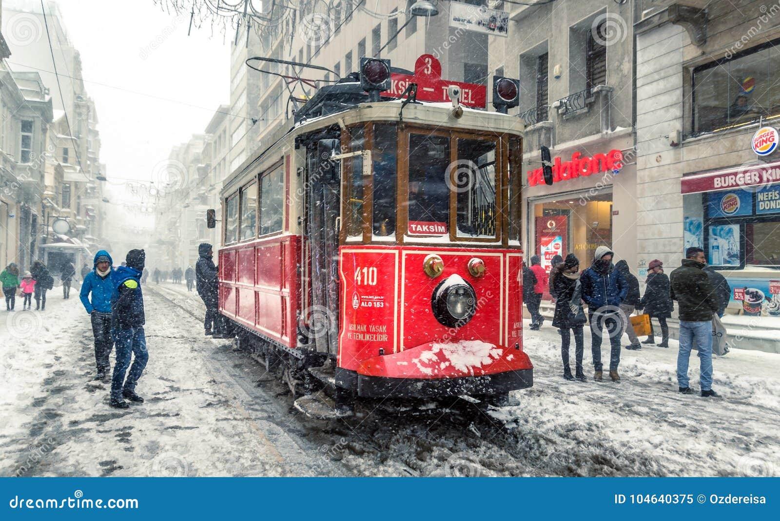 Download De Wintermening Van Nostalgische Rode Tram En Mensen In Het Dagelijkse Leven Redactionele Afbeelding - Afbeelding bestaande uit beweging, europa: 104640375