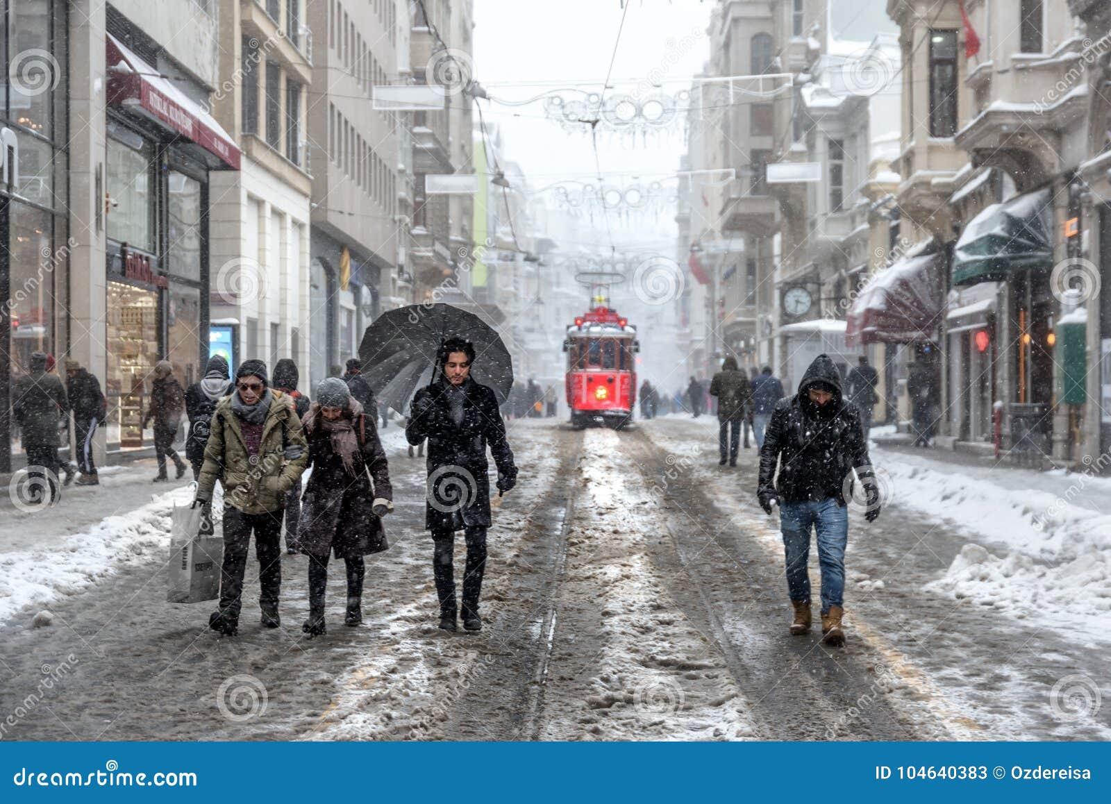Download De Wintermening Van Nostalgische Rode Tram En Mensen In Het Dagelijkse Leven Redactionele Stock Foto - Afbeelding bestaande uit turks, tramspoor: 104640383