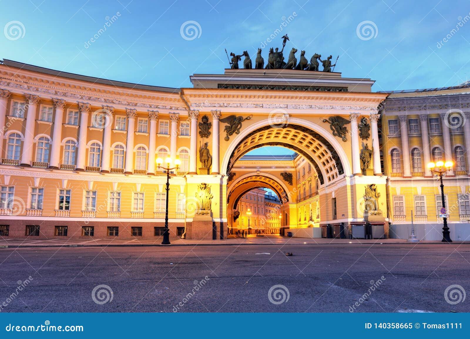 De winterpaleis op Paleisvierkant in Heilige Petersburg, Rusland
