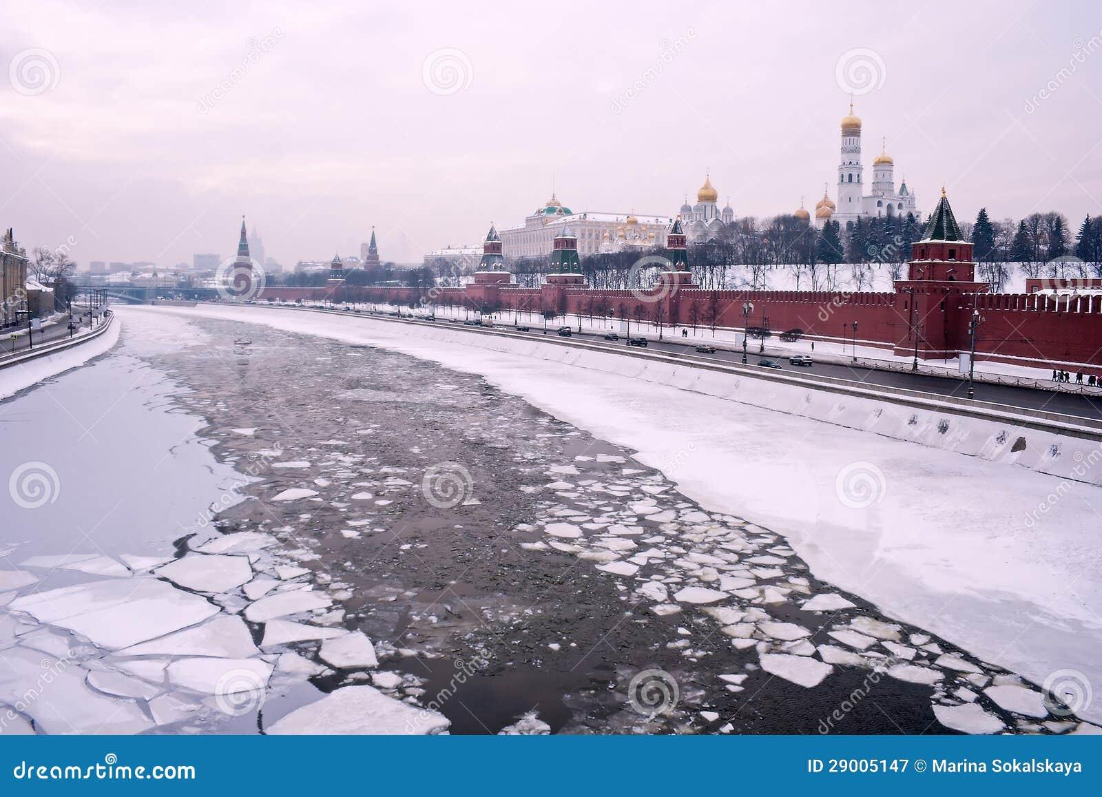 De winterrivier het Kremlin van Moskou