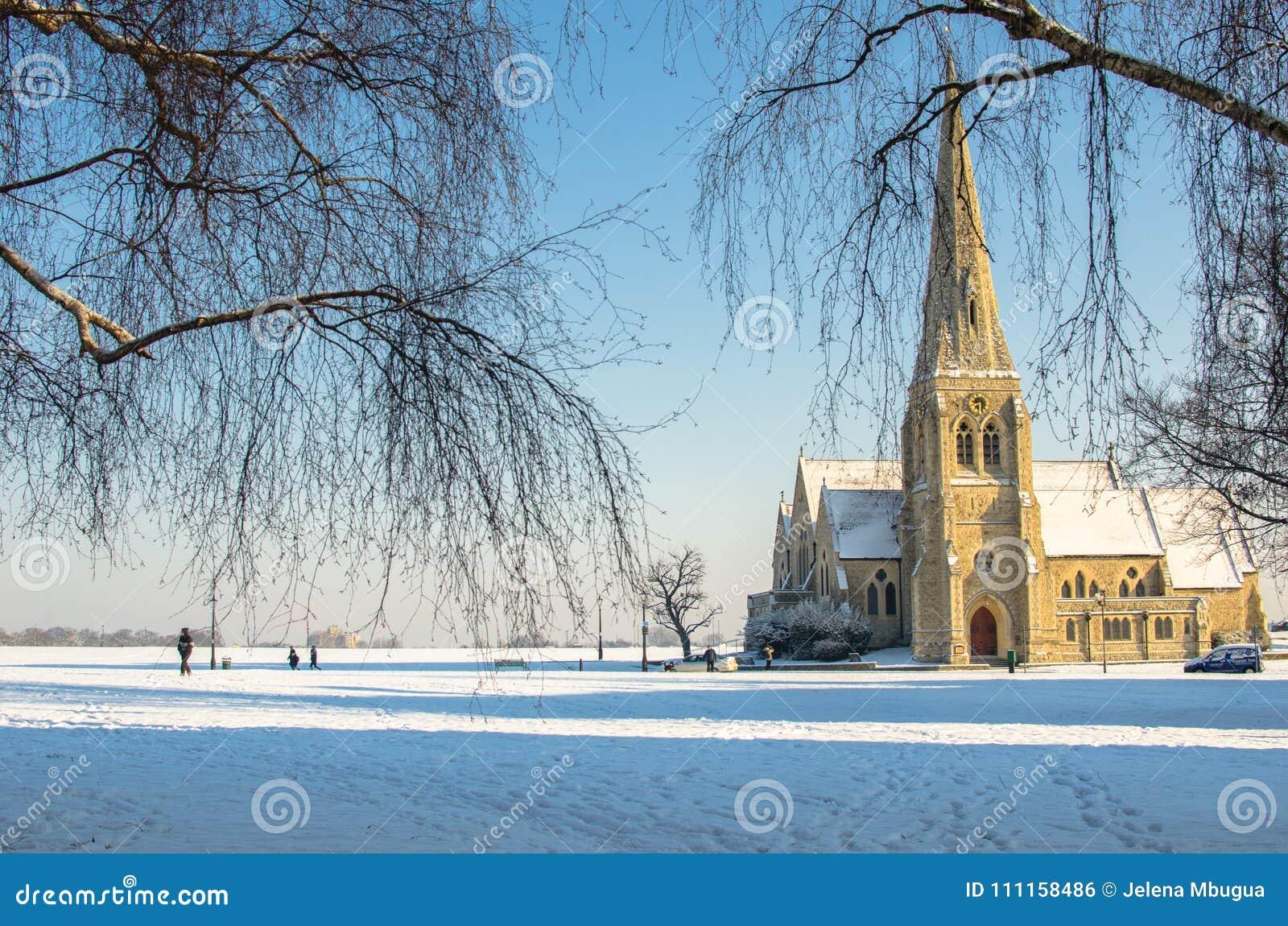 De winterscène bij de Al Heiligenkerk in Blackheath, Londen, Engeland