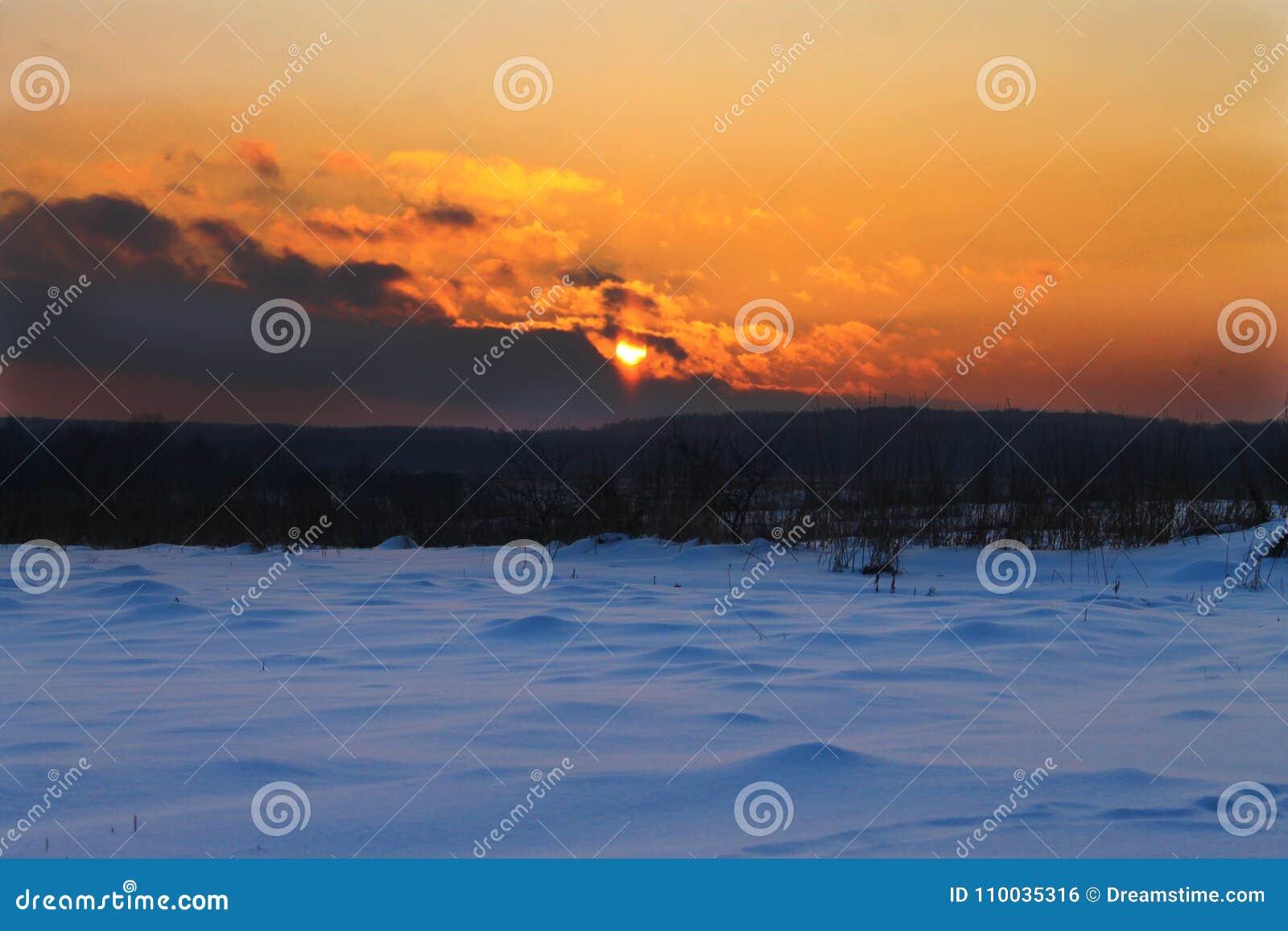 De winterzonsondergang in het dorp