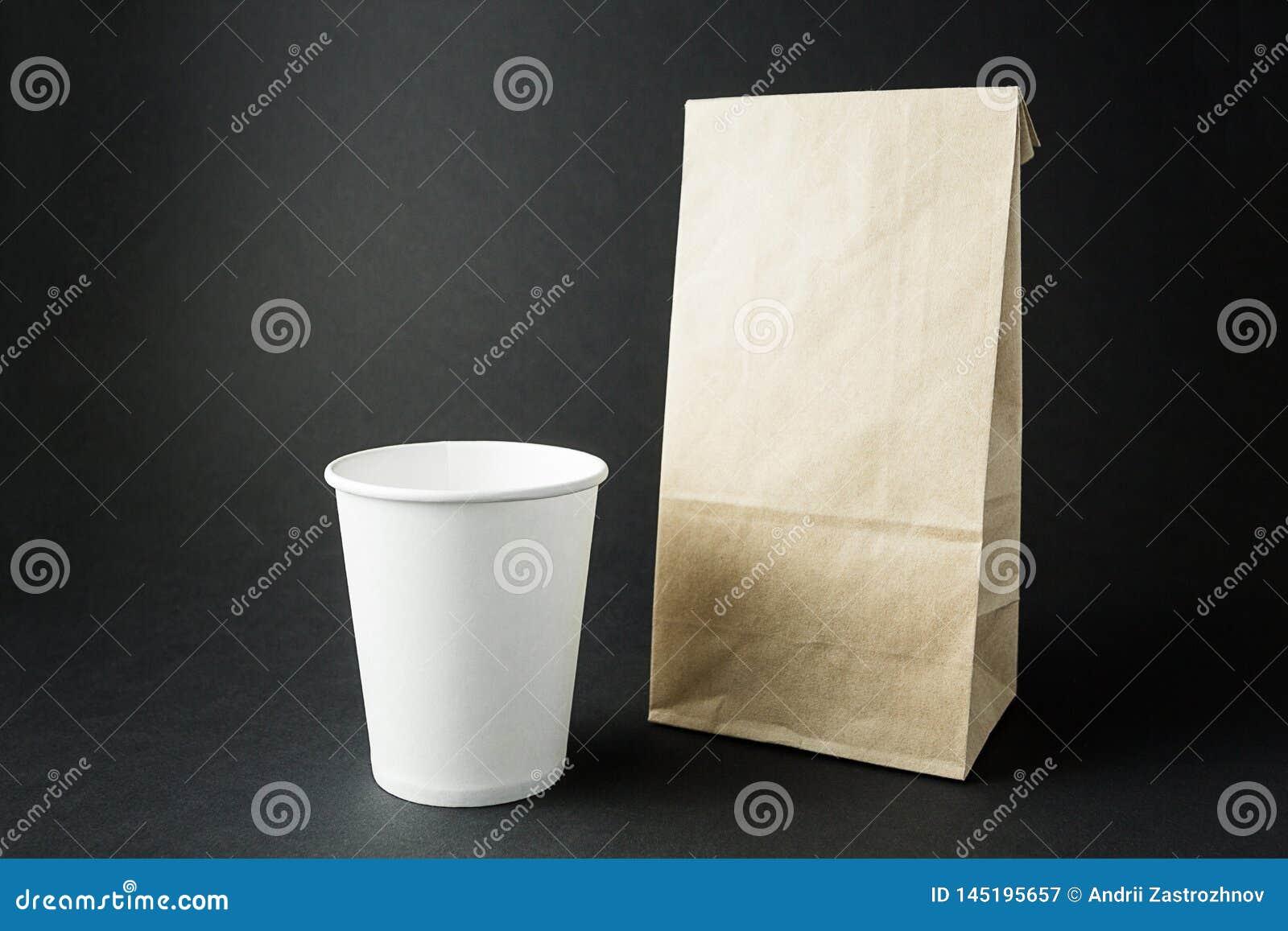 De Witboekkoppen en een verpakking doen van gerecycleerde document lay-out op een zwarte achtergrond, ruimte voor tekst of etiket