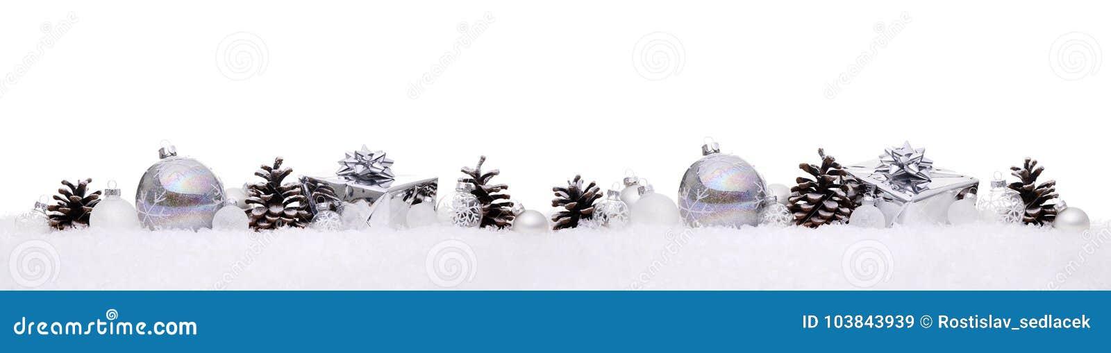 De witte en zilveren die Kerstmisballen met Kerstmis stellen giftdozen voor op een rij op sneeuw worden geïsoleerd