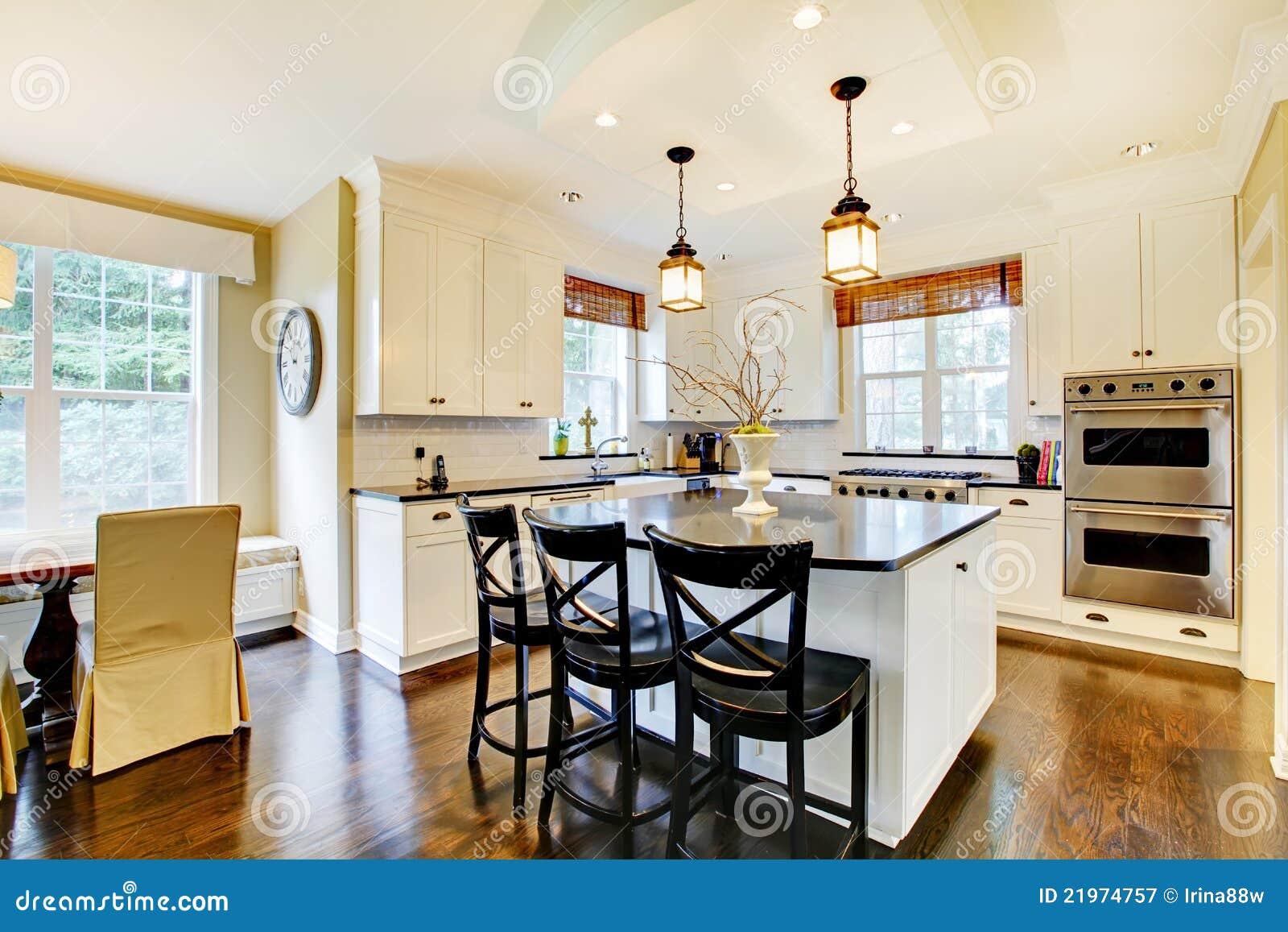 De Witte Grote Donkere Vloer Van De Luxe Moderne Keuken Wih Royalty ...