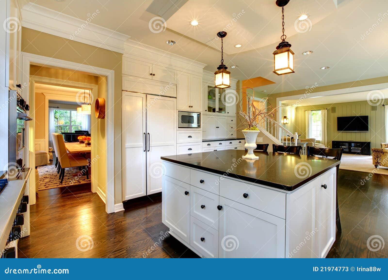 De witte grote moderne keuken van de luxe stock afbeelding afbeelding 21974773 - Fotos van keuken amenagee ...