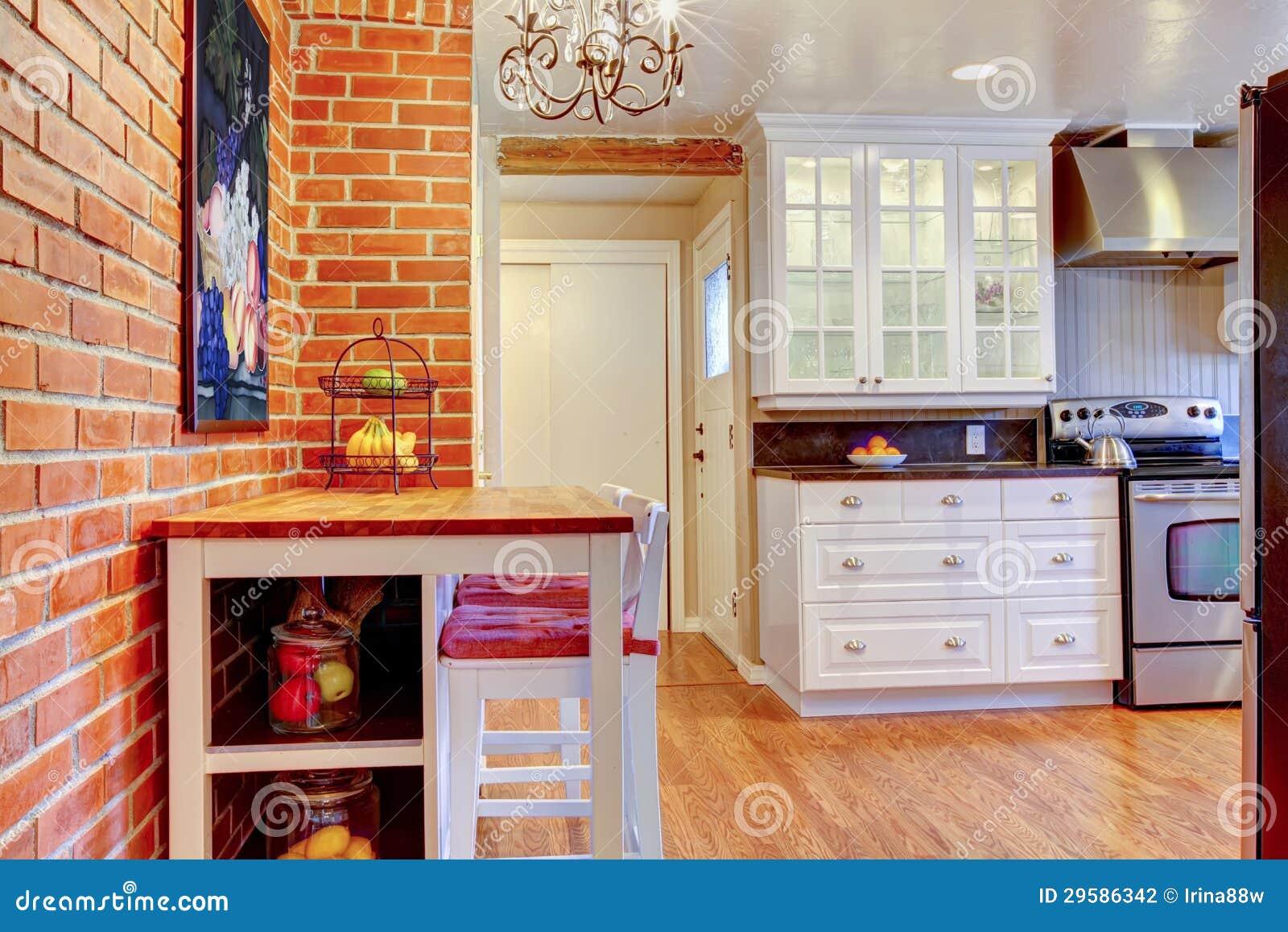 De witte keuken met bakstenen muur hardhout en roestvrij steelt fornuis stock foto - Binnenkleuren met witte muur ...