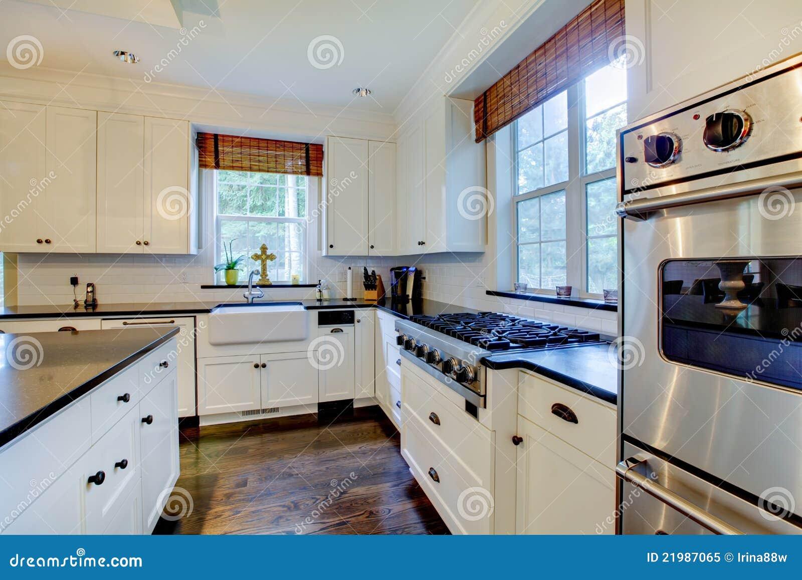 De witte keuken van de luxe met donkere vloeren stock afbeelding afbeelding 21987065 - Deco witte keuken ...