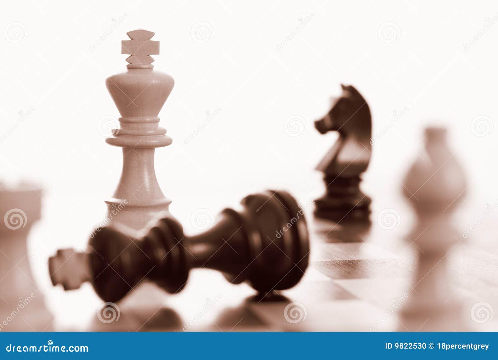 De witte koning wint schaakspel