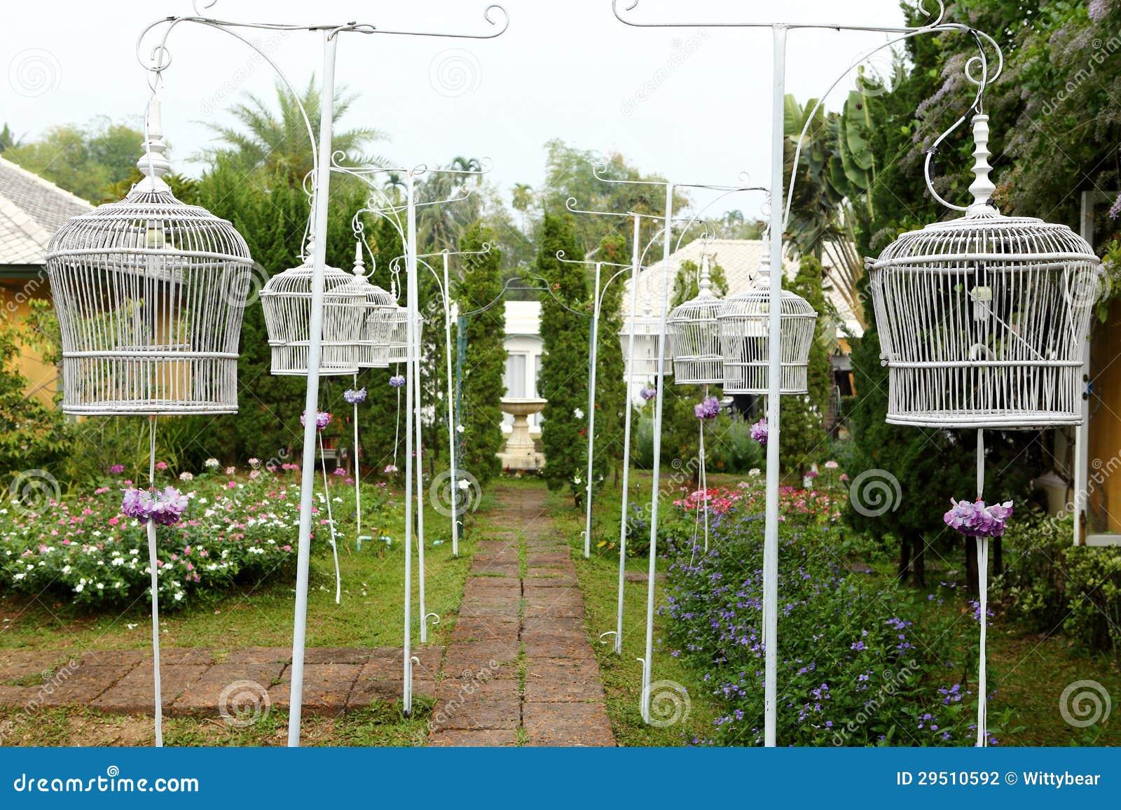 De witte kooi van de Vogel in de tuin