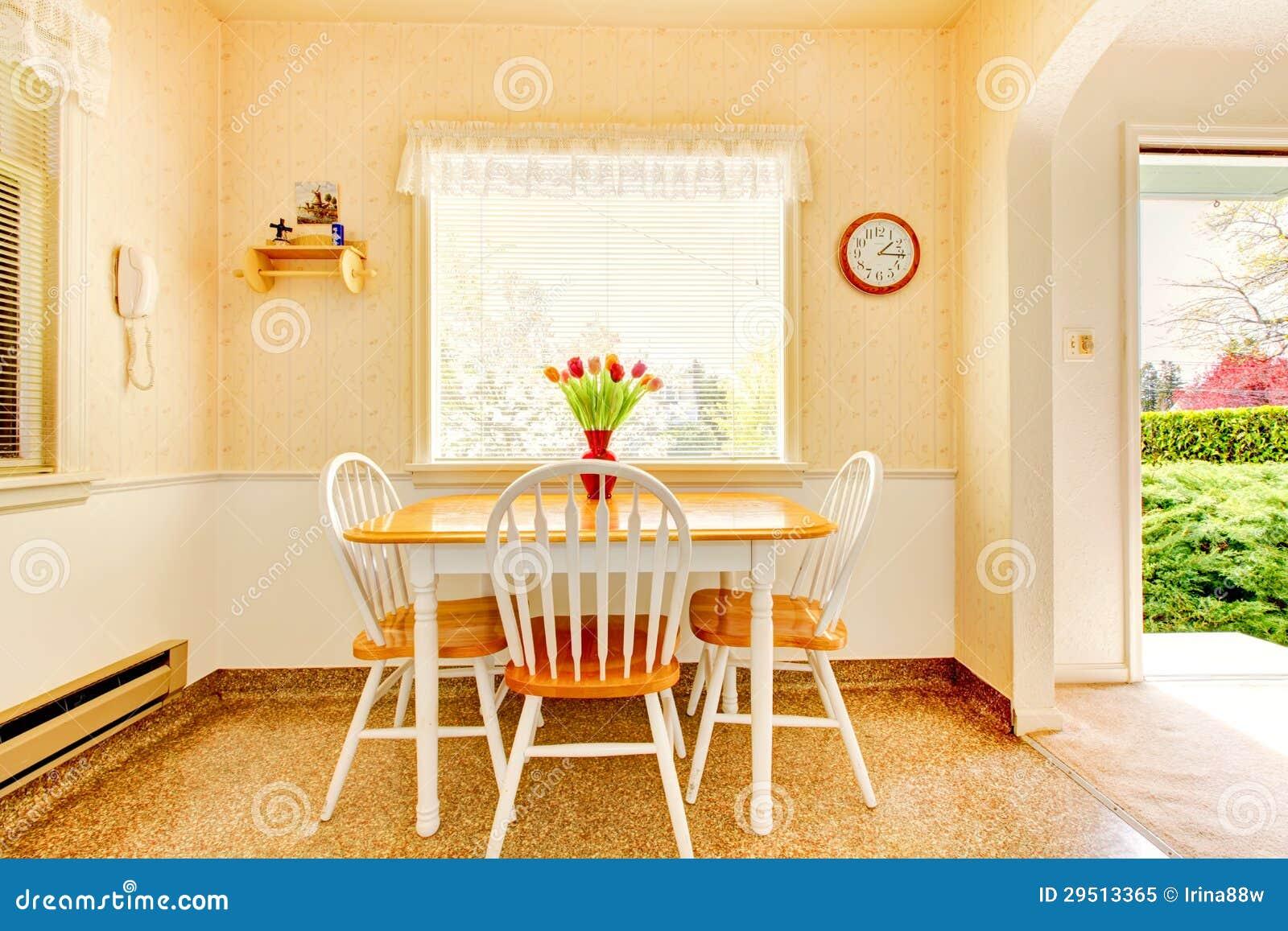 De witte oude kleine keuken in Amerikaans huis bouwt 1942 in.