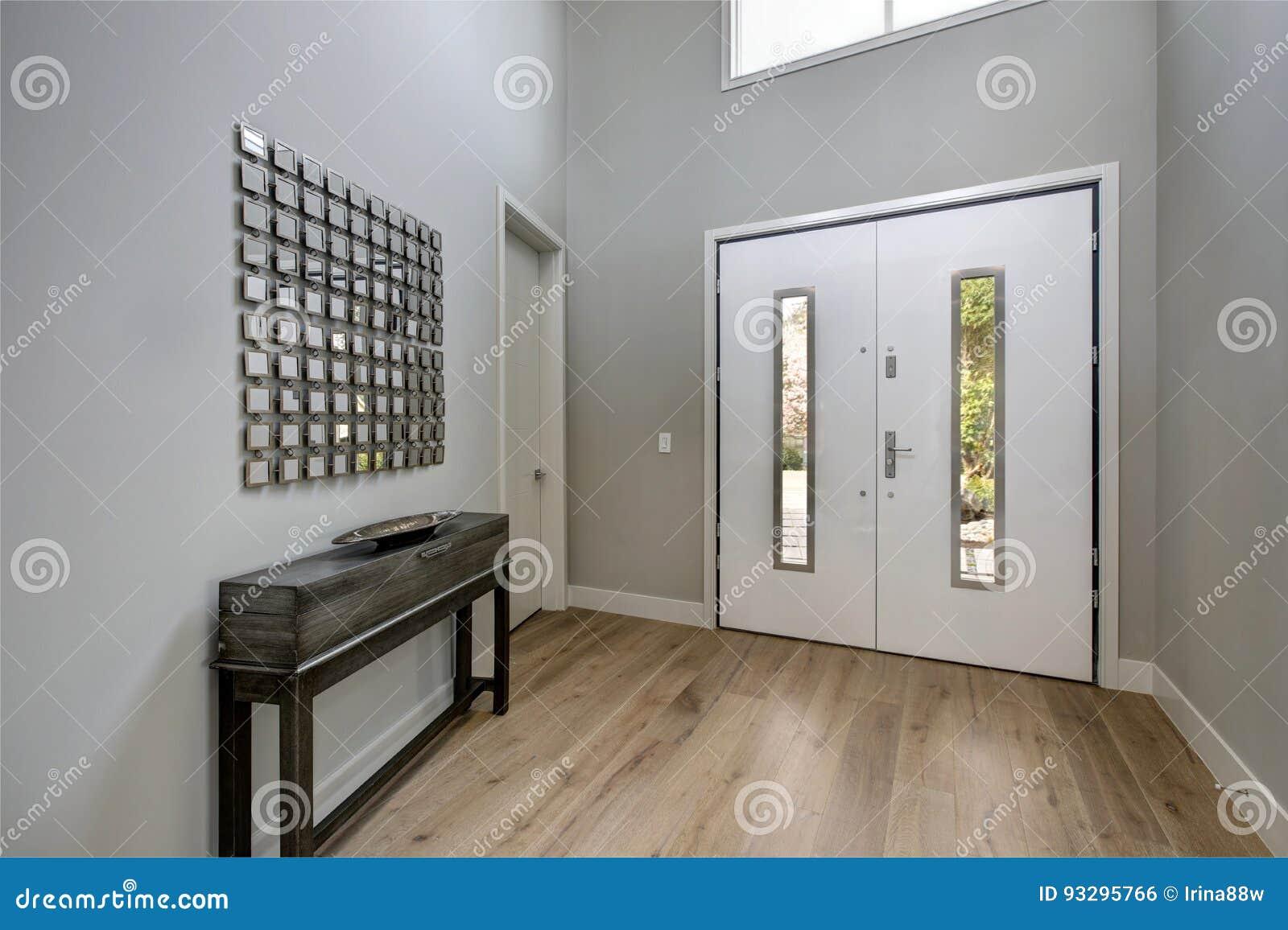 De witte voordeur opent voor een eigentijdse lounge stock foto