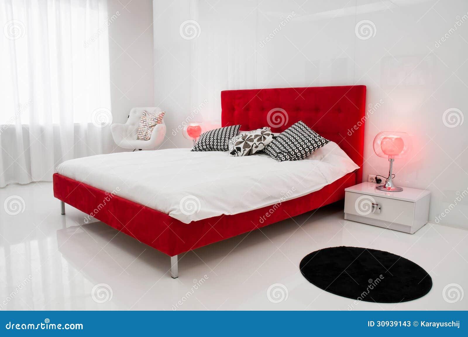 De Witte Zaal Met Een Rood Bed Stock Foto's - Afbeelding: 30939143