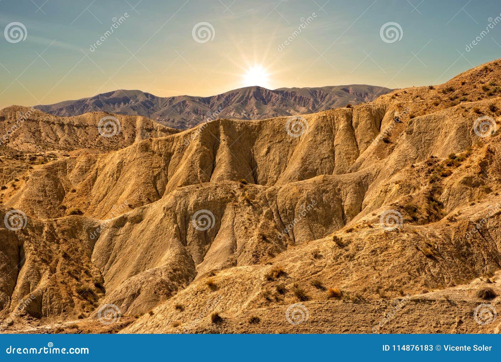 De woestijn van de herbergen van Almeria bij zonsondergang