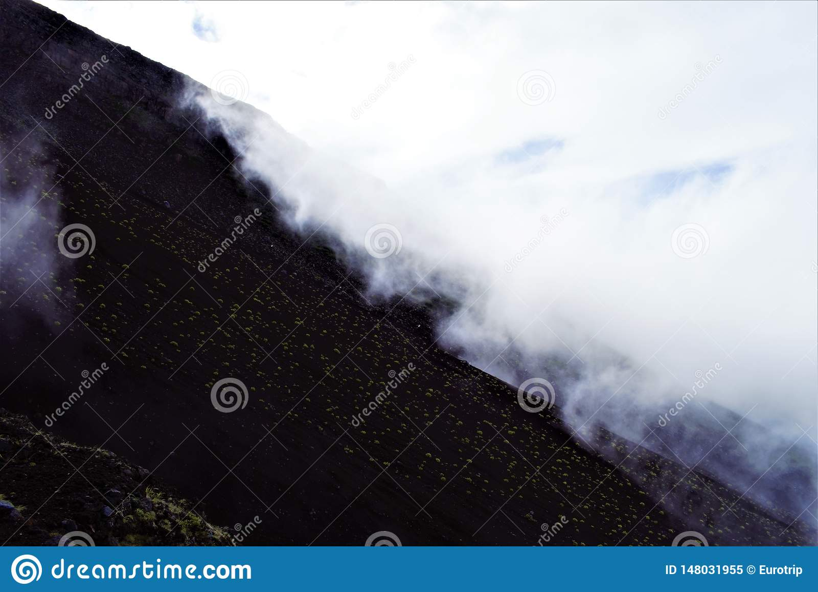 De wolken bij de hellingen van Fujisan, zetten Fuji, Japan op