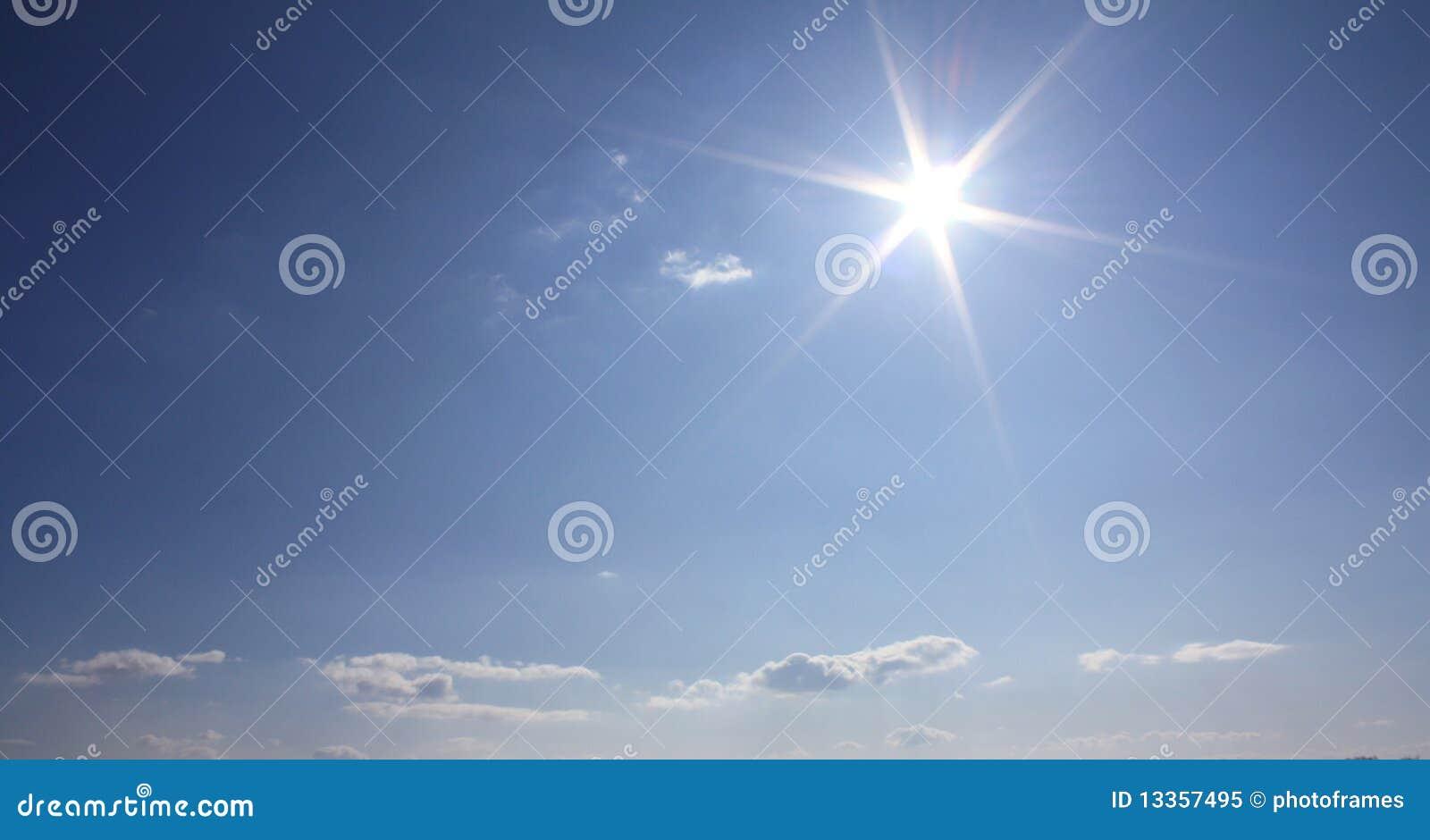 De wolken en de zon van de hemel