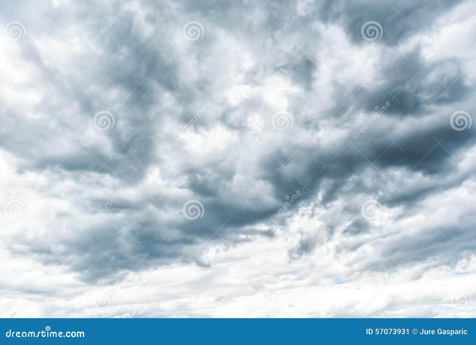 De wolken van de onweersbui