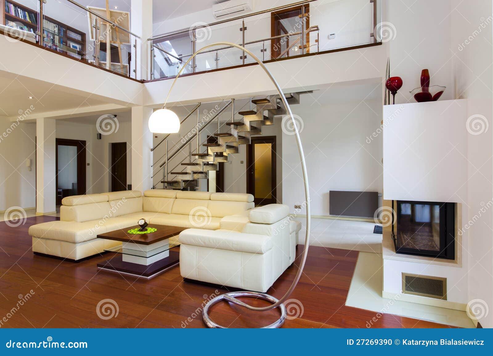 Koraalkleur De Woonkamer : De woonkamer van de ontwerper stock foto afbeelding bestaande