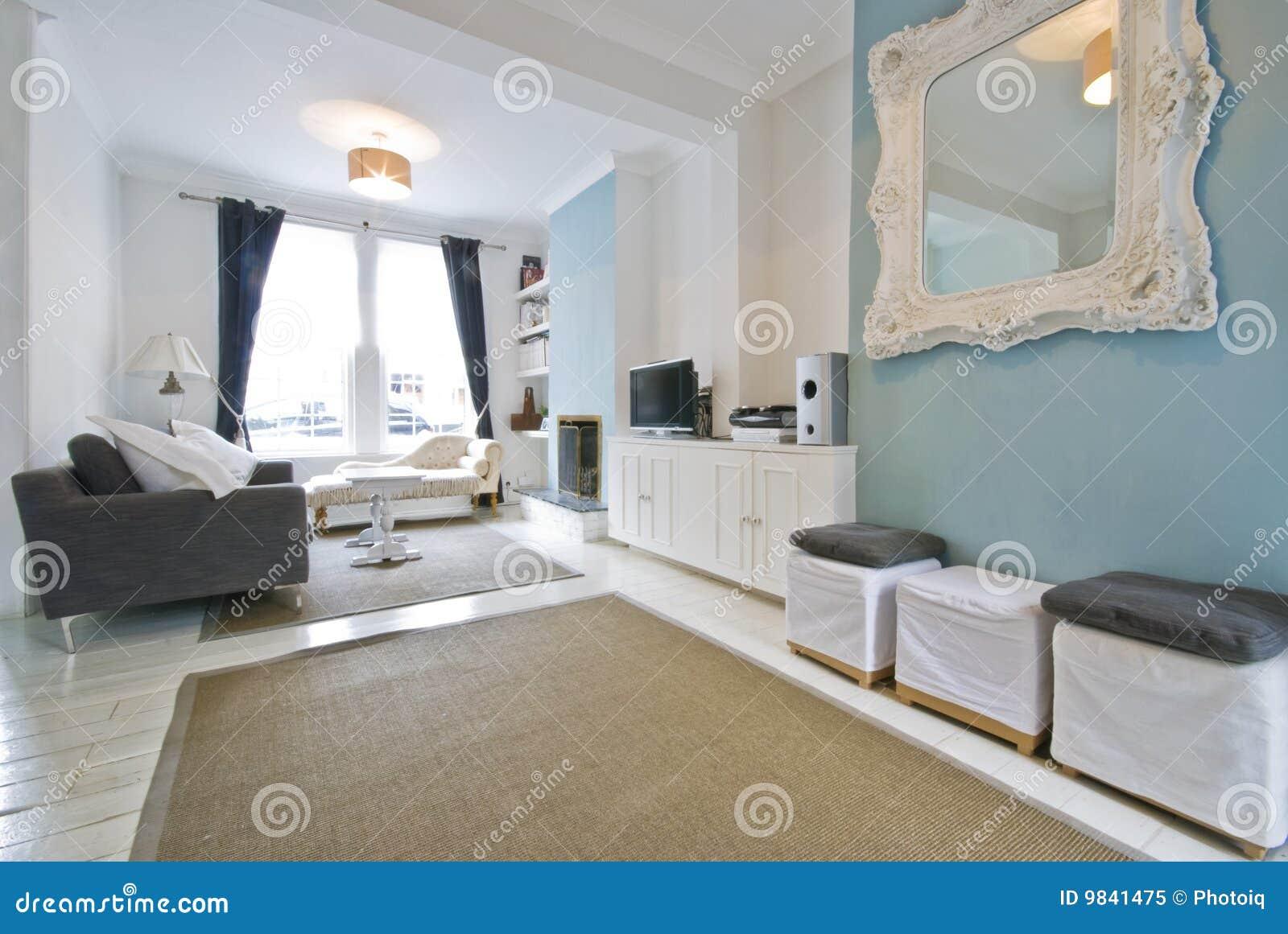 Koraalkleur De Woonkamer : De woonkamer van de ontwerper stock afbeelding afbeelding