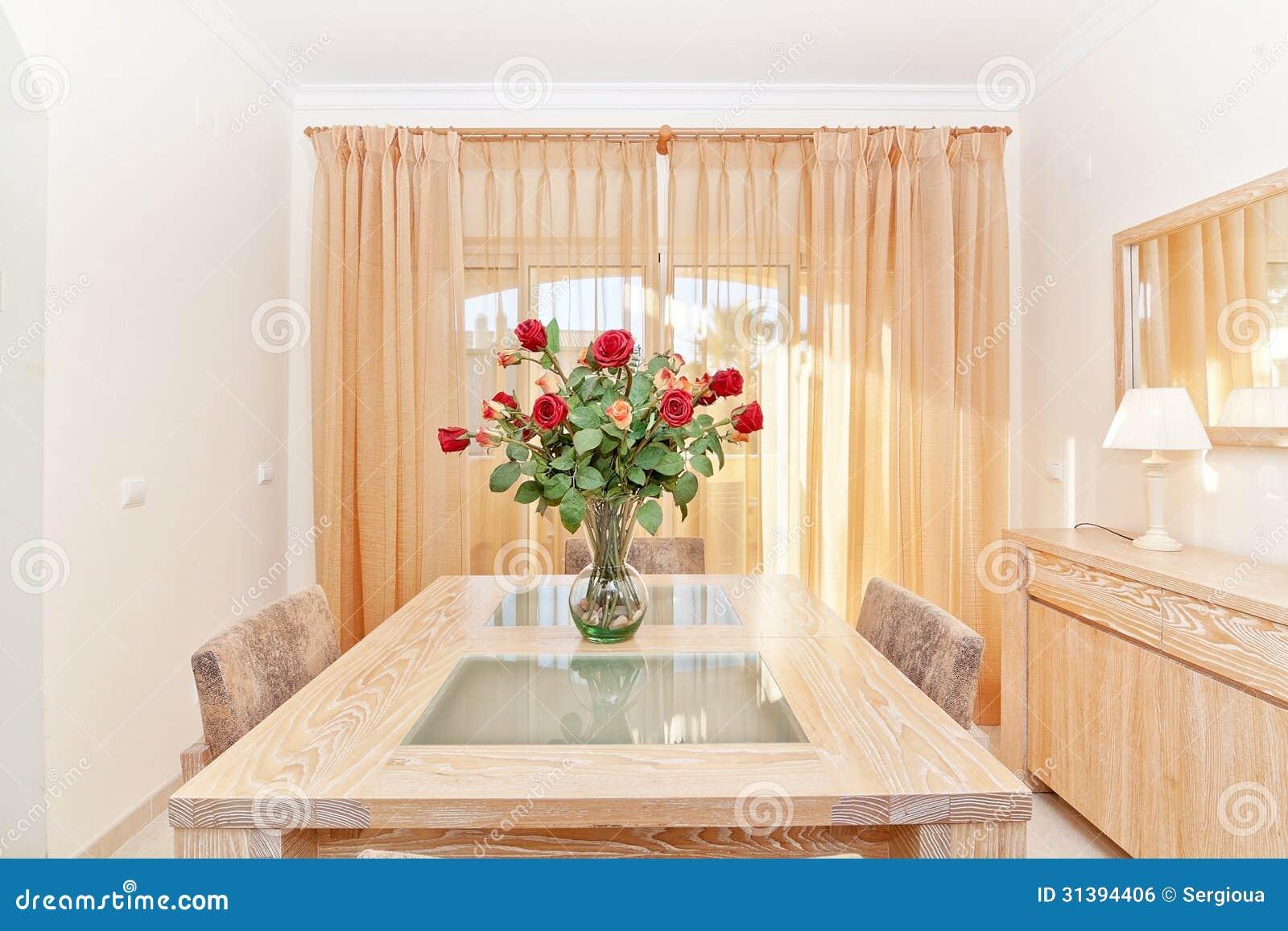 De woonkamer van een mooi boeket van rode rozen in een vaas o royalty vrije stock afbeelding - Huis van de wereld vaas ...
