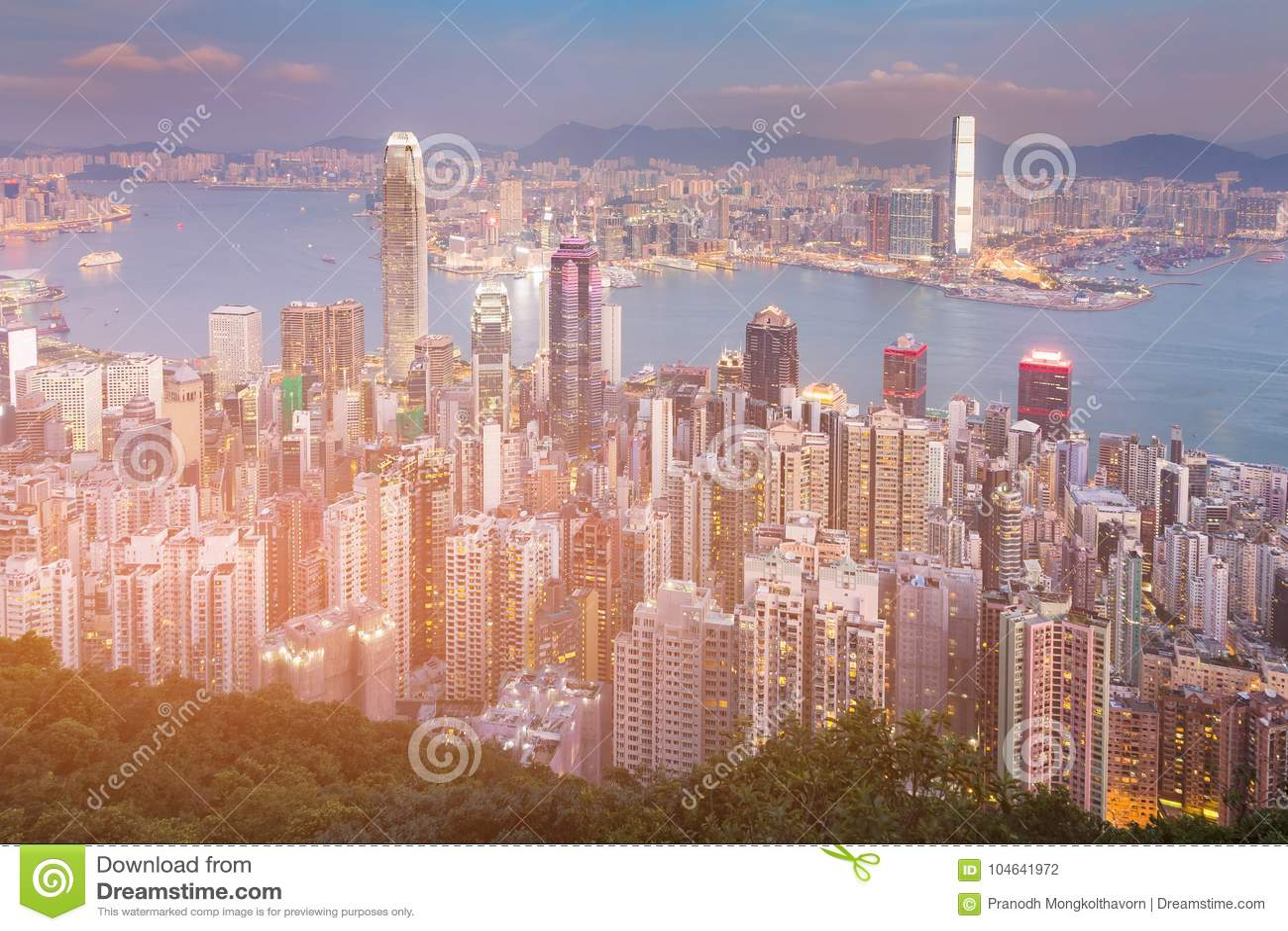 Download De De Woonplaatsmening Van De Binnenstad Van Schemeringhong Kong Van Berg Over Victoria Bay Stock Foto - Afbeelding bestaande uit building, financieel: 104641972