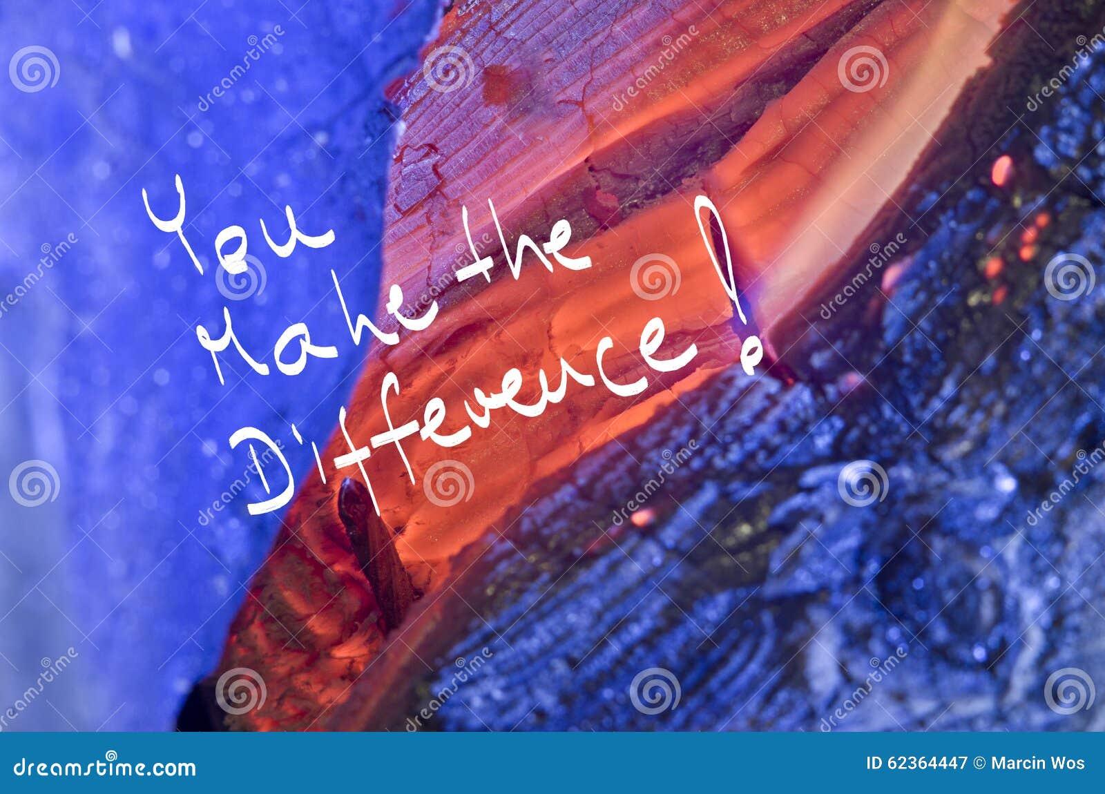 De woorden u maken het verschil! met de hand geschreven op rode brandwond houten achtergrond