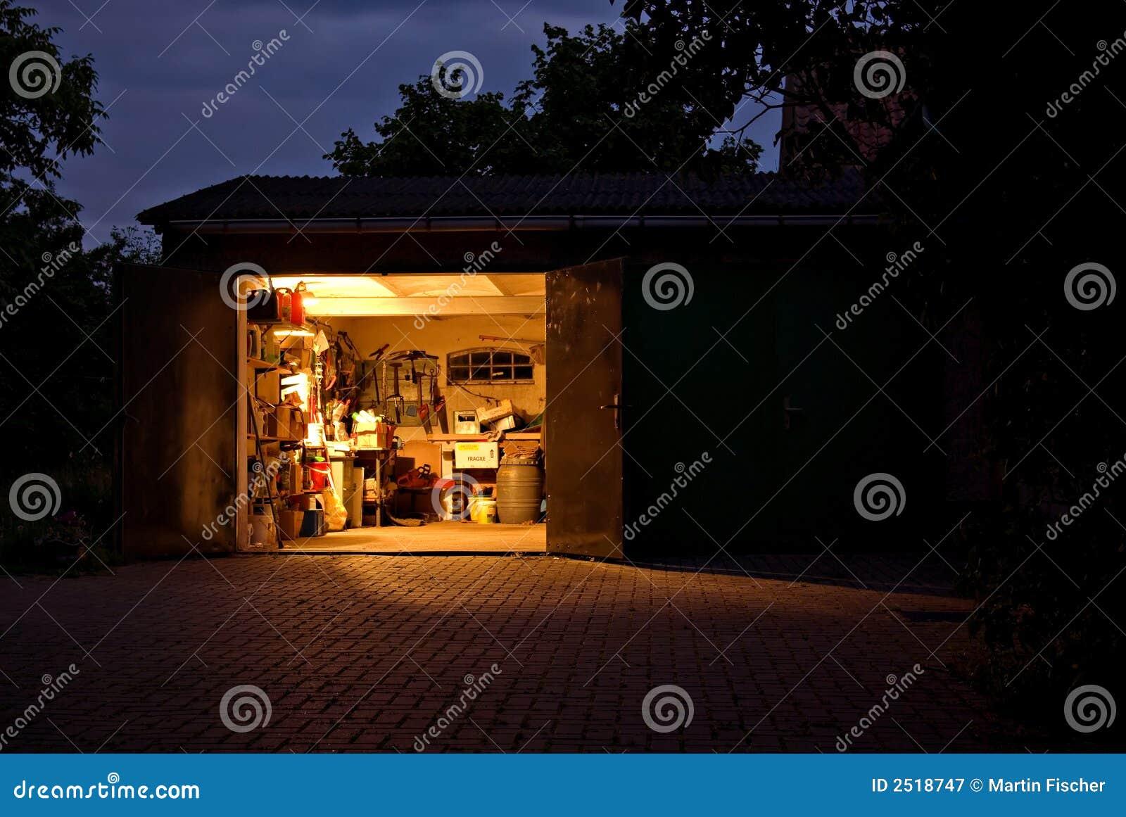 De workshop van de garage bij nacht