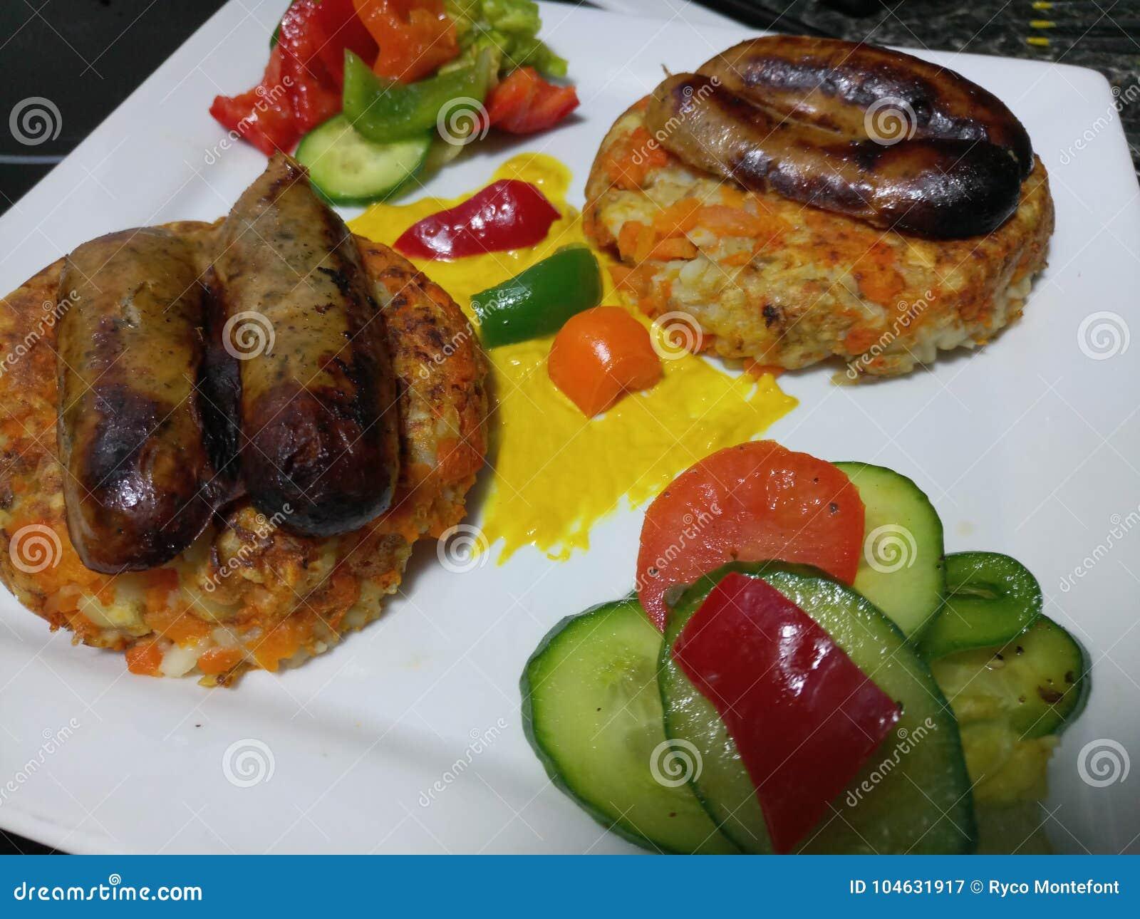 Download De Worsten Van Lincolnshire Met Broodjes En Organische Komkommerplakken Stock Afbeelding - Afbeelding bestaande uit broodjes, plakken: 104631917
