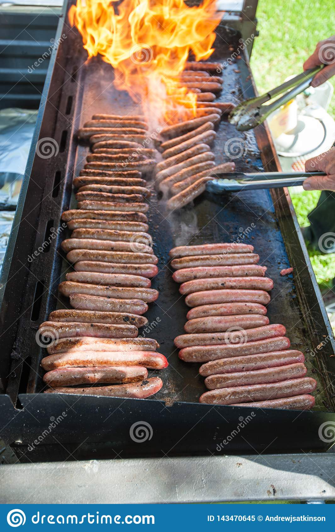 De worsten van de vlamgrill op een barbecue